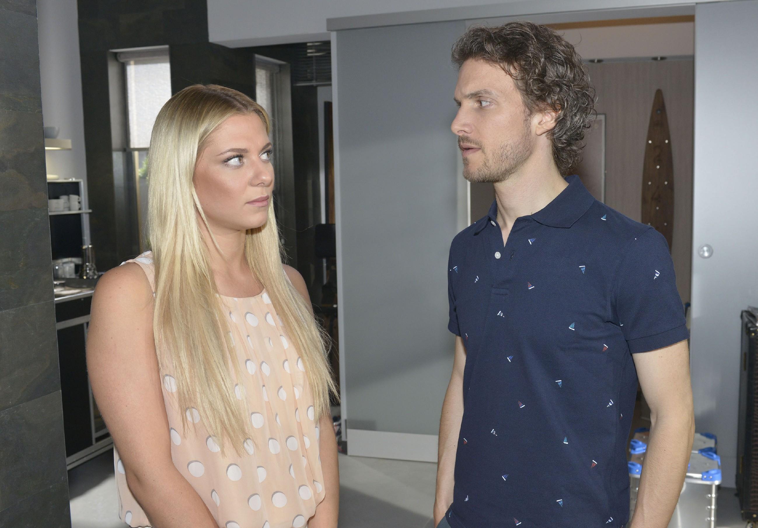 Sunny (Valentina Pahde) warnt Felix (Thaddäus Meilinger) davor, mit David Geschäfte zu machen. (Quelle: RTL / Rolf Baumgartner)