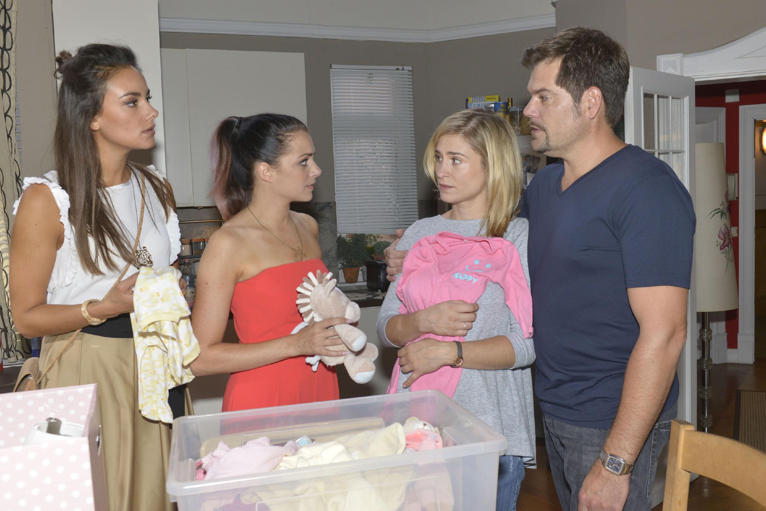 Sophie (Lea Marlen Woitack, 2.v.r.) und Leon (Daniel Fehlow) vertrauen Jasmin (Janina Uhse, l.) und Emily (Anne Menden) an, dass ihr ungeborenes Kind nicht gesund ist. (Quelle: RTL / Rolf Baumgartner)
