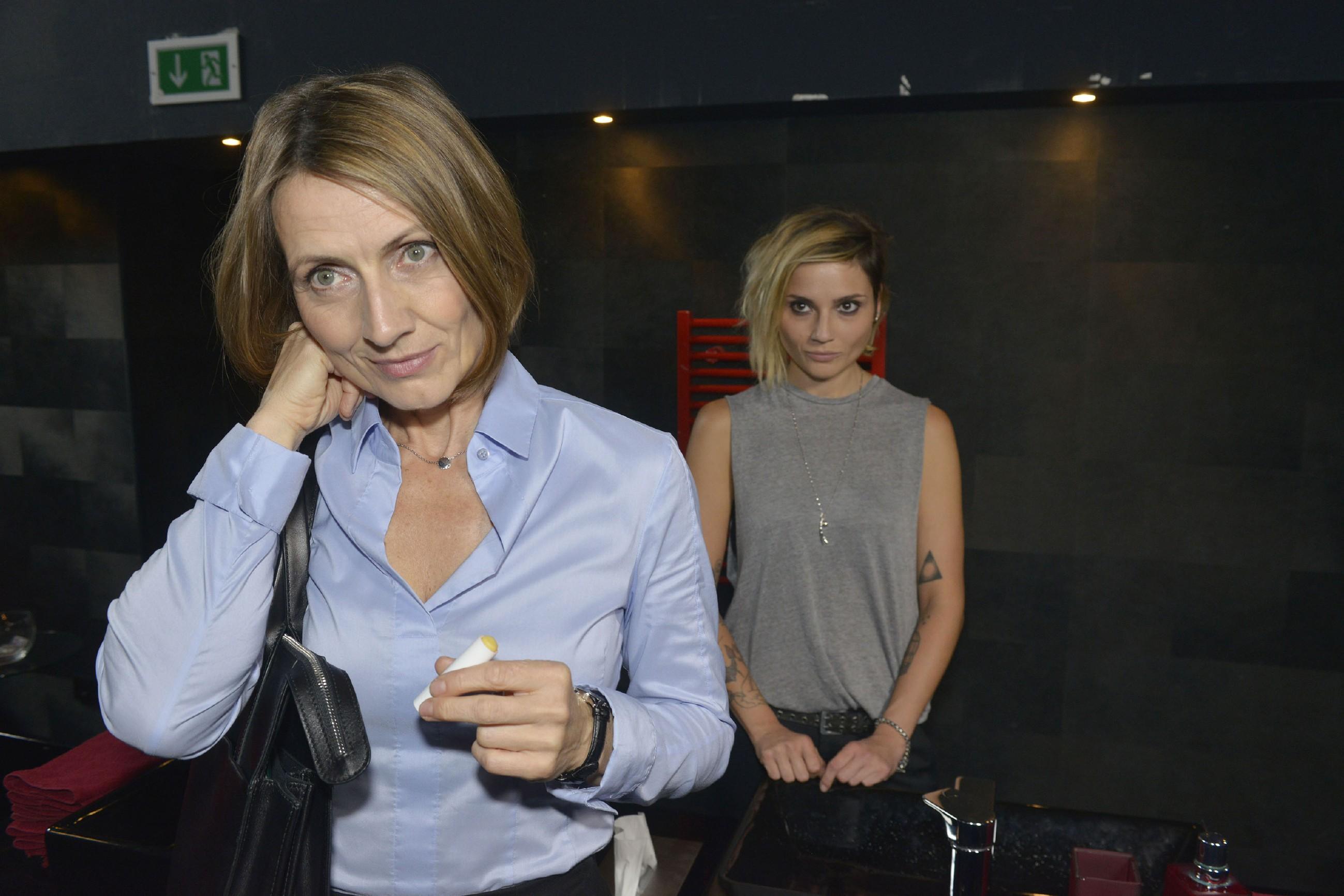 Katrin (Ulrike Frank) verwindet ihr kurzes Aufflackern der Gefühle für Bommel und bringt sich innerlich auf Spur, indem sie die Verlobung mit Gerner (Wolfgang Bahro) öffentlich macht. (Quelle: RTL / Rolf Baumgartner)