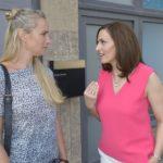 Katrin (Ulrike Frank, l.) versucht sich von Maren (Eva Mona Rodekirchen) in Bezug auf ihre Gefühle für Bommel nicht verunsichern zu lassen. (Quelle: RTL / Rolf Baumgartner)