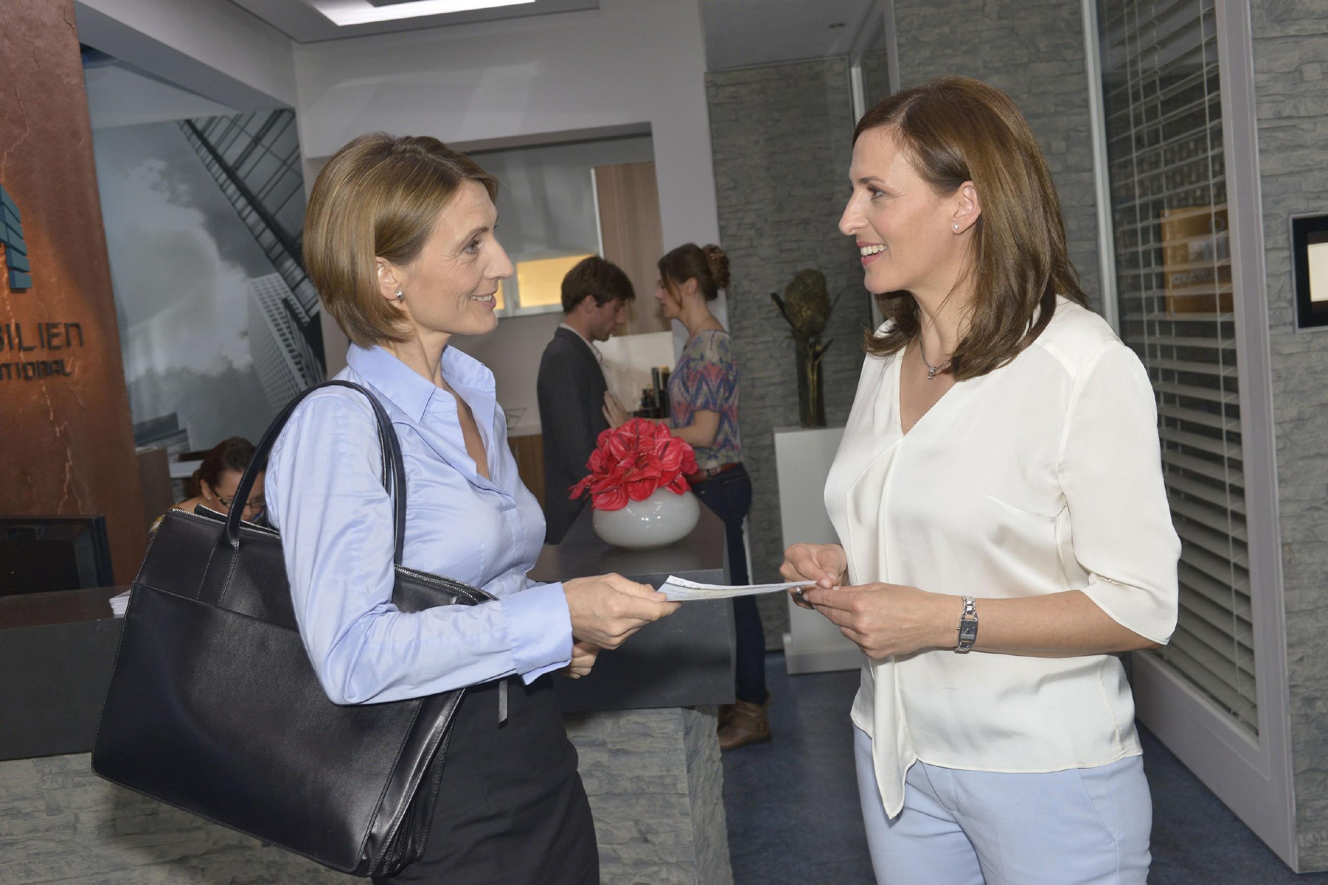 Nach der aufwühlenden Begegnung mit Bommel und dessen Freundin, fällt es Katrin (Ulrike Frank, r.) schwer, sich auf die Geschäfte mit Rosa (Joana Schümer) zu konzentrieren. (Quelle: RTL / Rolf Baumgartner)