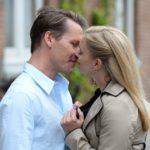 Lena …(Juliette Greco) ist gespannt, wie sich der geplante Abend mit Patrick (Jan Andres) entwickeln wird. (Quelle: RTL / Willi Weber)