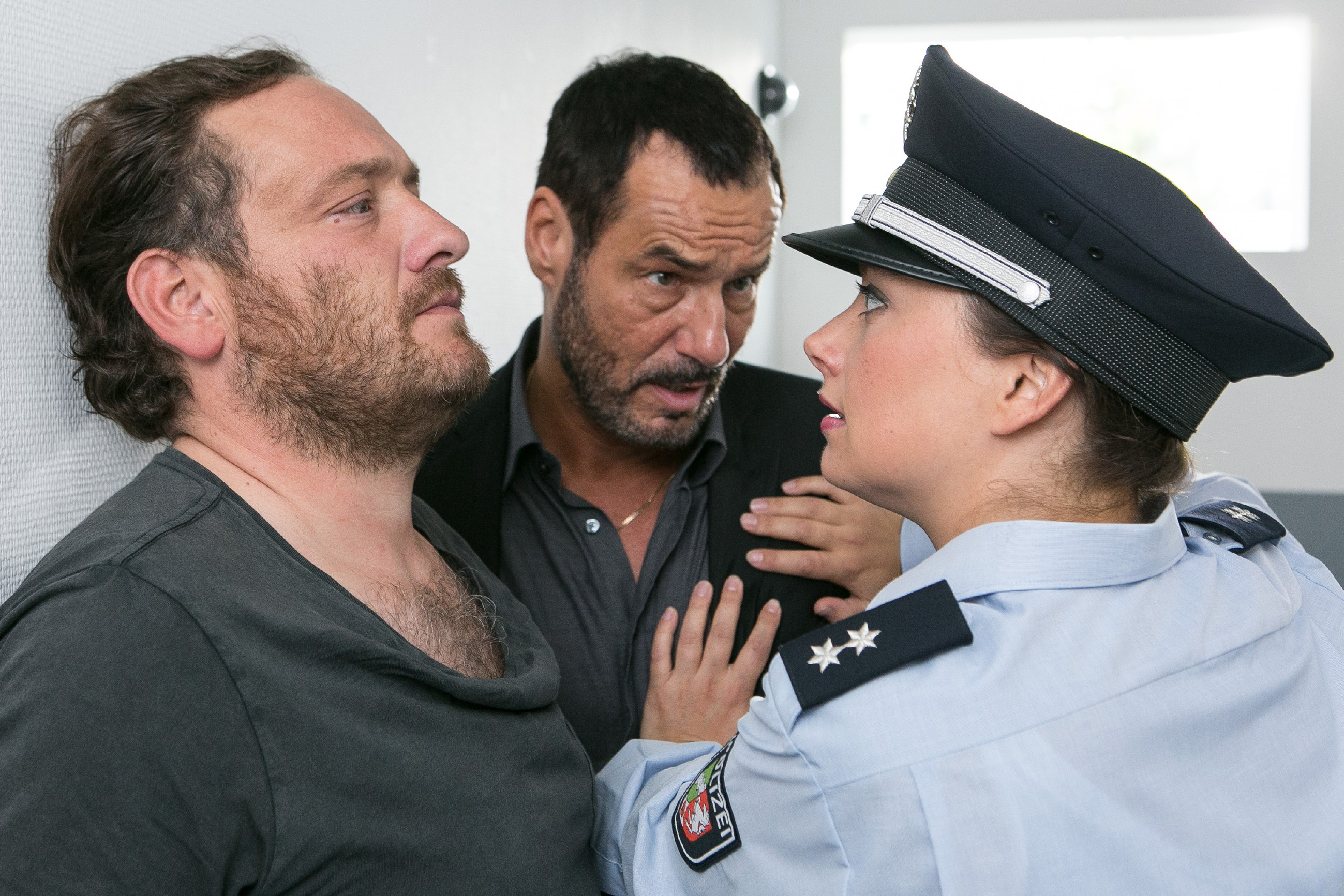 Carmen (Heike Warmuth) und Richard (Silvan-Pierre Leirich, M.) geraten unter Druck, als Kerber (Marcus Jakovljevic) ihnen einen risikoreichen Deal vorschlägt, um Simone zu retten. (Quelle: RTL / Kai Schulz)
