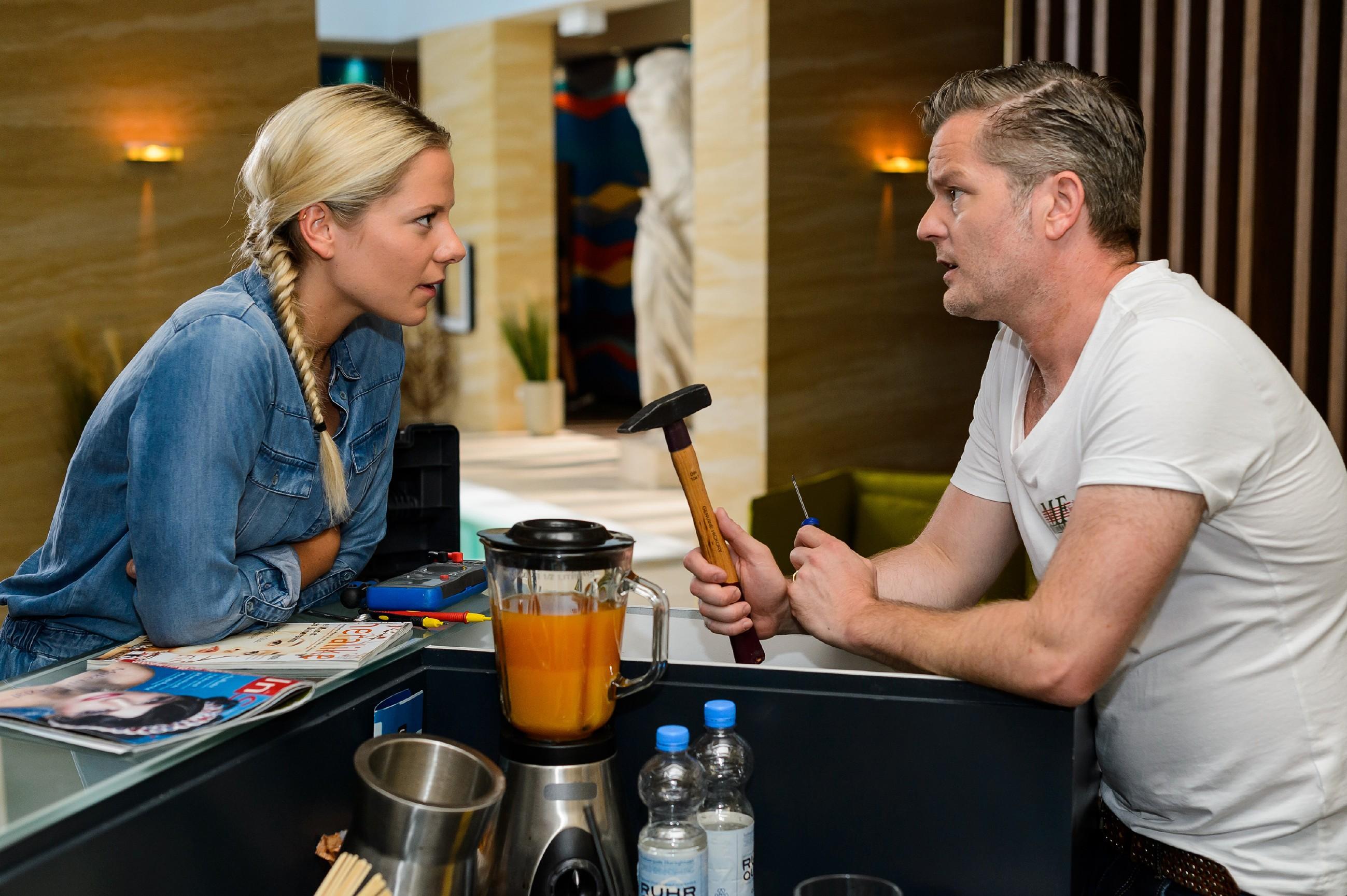 Marie (Cheyenne Pahde) ahnt, dass zwischen Ingo und Diana etwas Heftiges vorgefallen sein muss und appelliert an Ingo (André Dietz), die Streitigkeiten aus dem Weg zu räumen. (Quelle: RTL / Willi Weber)