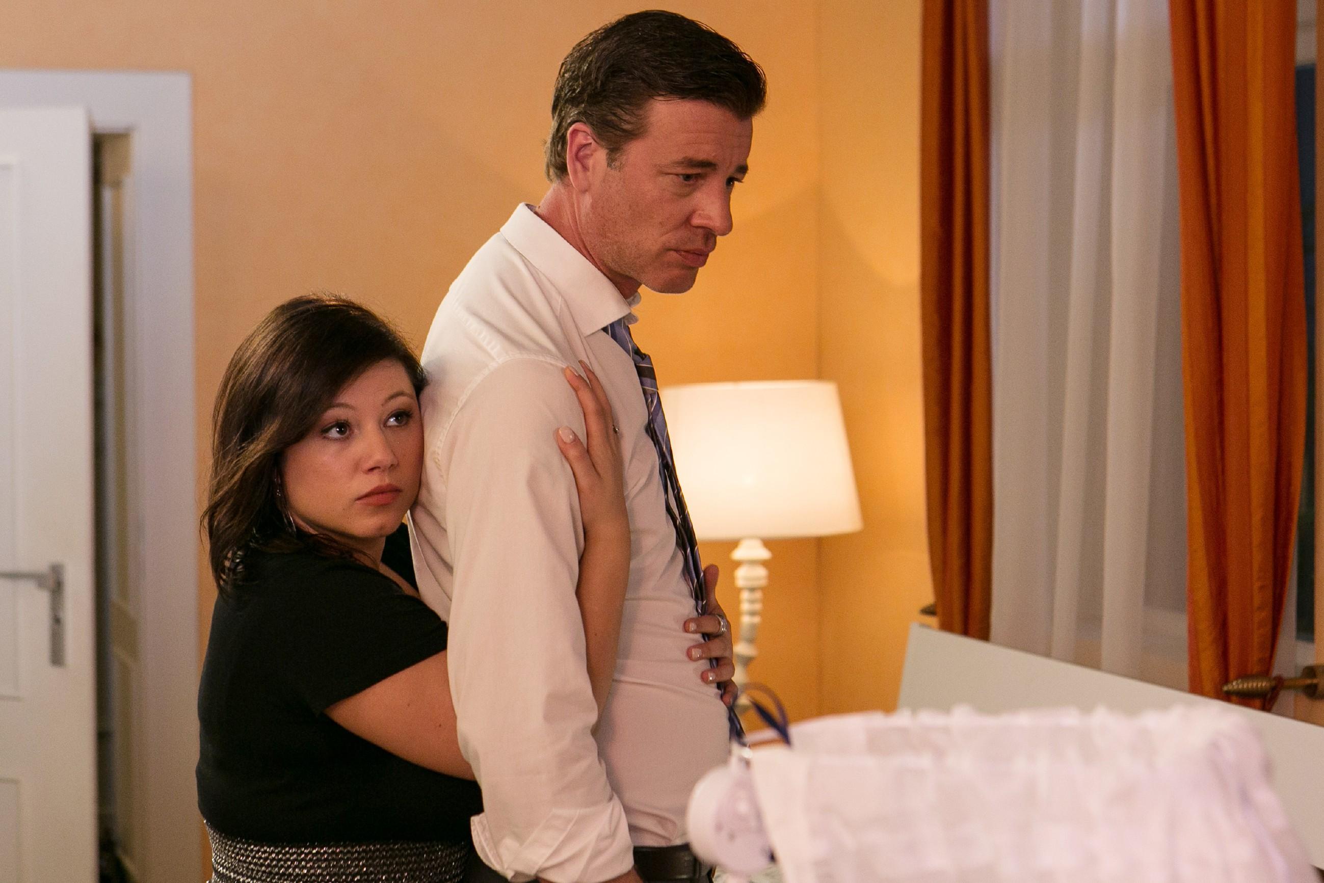 Vanessa (Julia Augustin) versucht, Christoph (Lars Korten) in seiner Angst um ihr Baby aufzufangen.