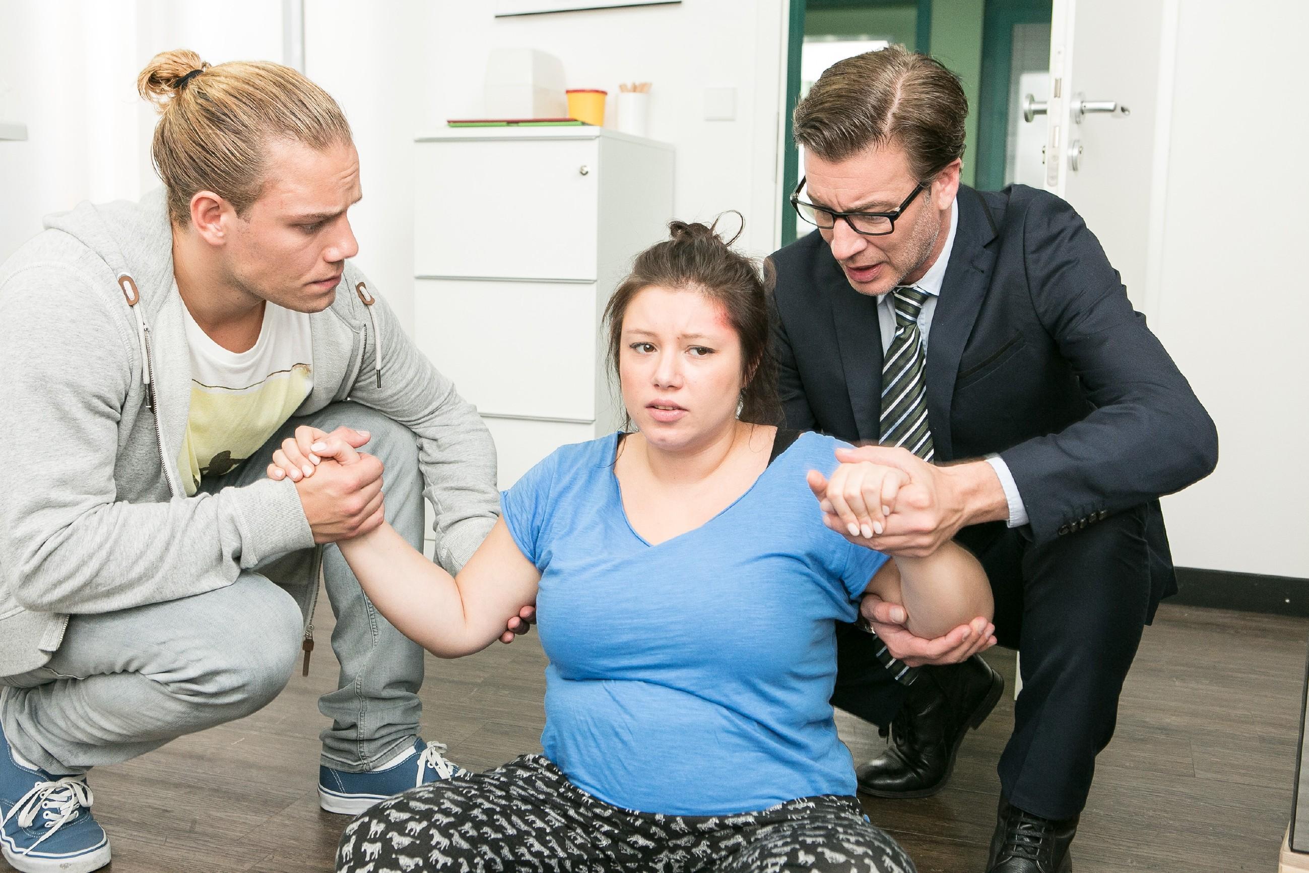 Leo (Julian Bayer, l.) und Christoph (Lars Korten) kümmern sich um Vanessa (Julia Augustin), die bei ihrer nächtlichen Ultraschall-Aktion gestolpert und bewusstlos geworden ist.