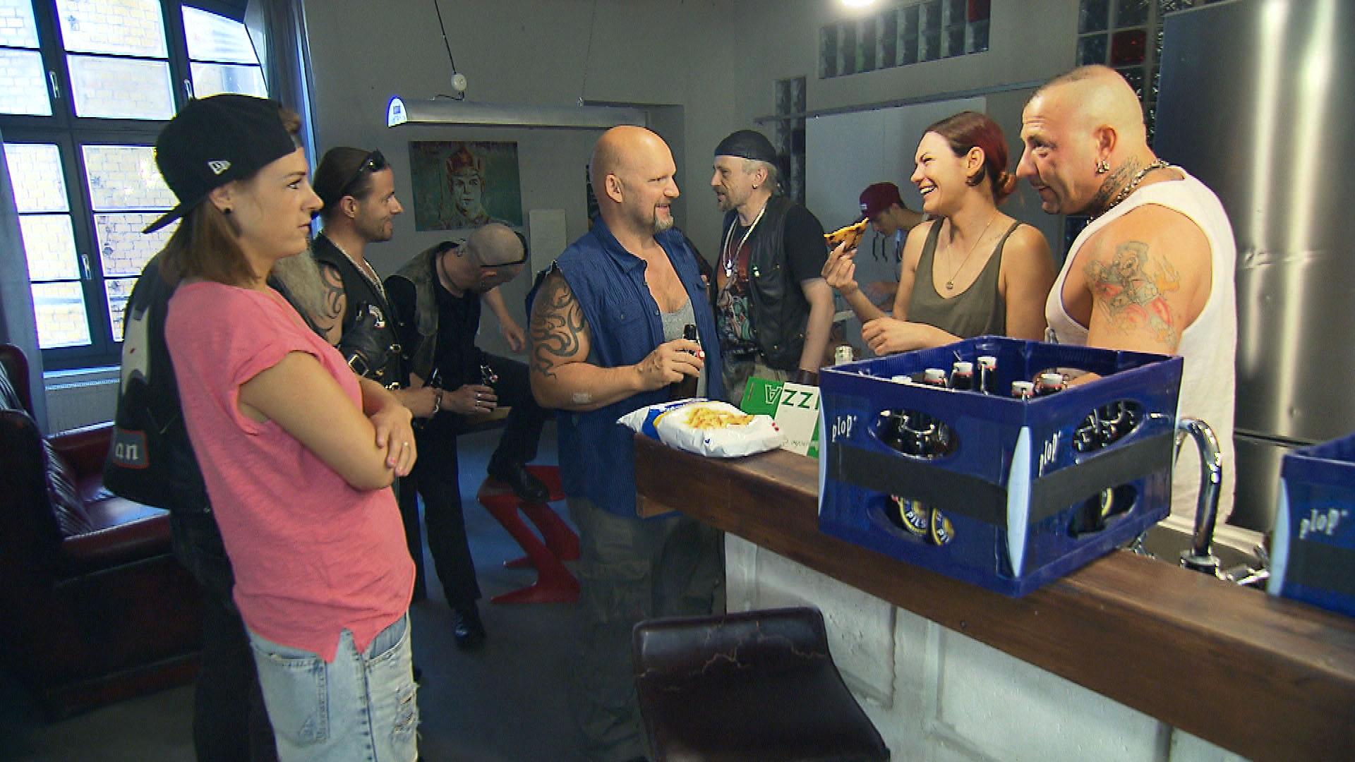 Die WG feiert Abschied. v.l.n.r.: Alina, Joe, Jessica, Fabrizio (Quelle: RTL 2)