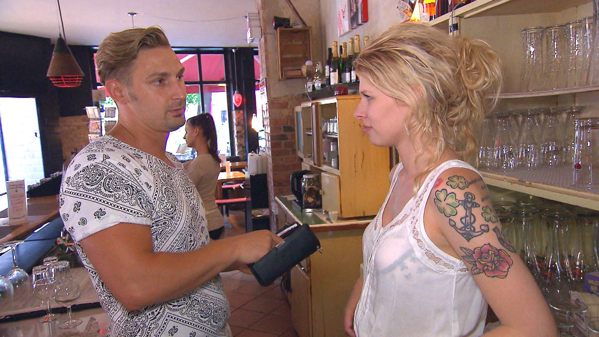Nina,re. versucht, ihre Schwärmerei für Leon,li. so gut es geht zu verdrängen. (Quelle: RTL 2)