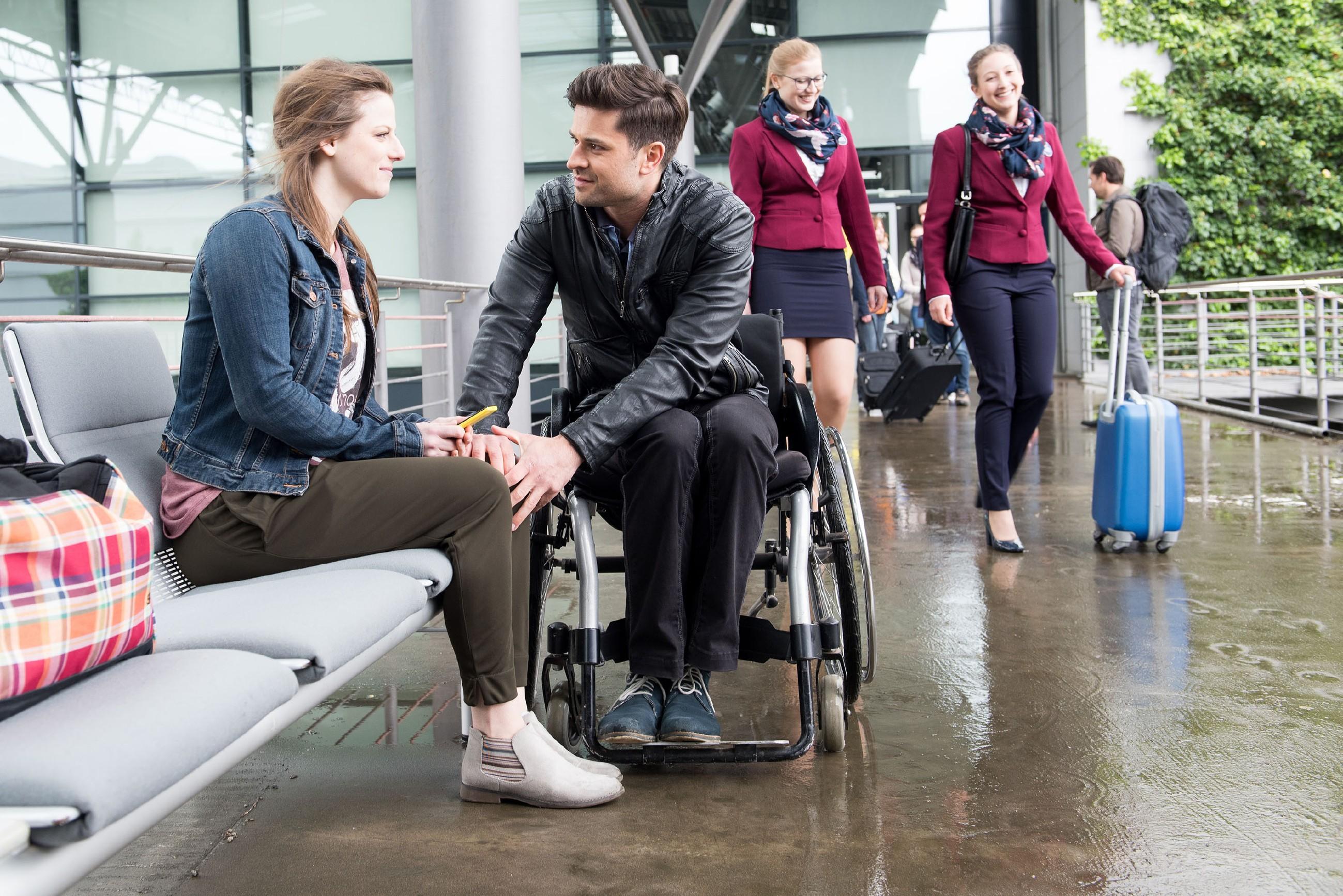 Elli (Nora Koppen) kommt dank Paco (Milos Vukovic) auf die rettende Idee, wie sie ihre Chance auf das Praktikum retten kann.