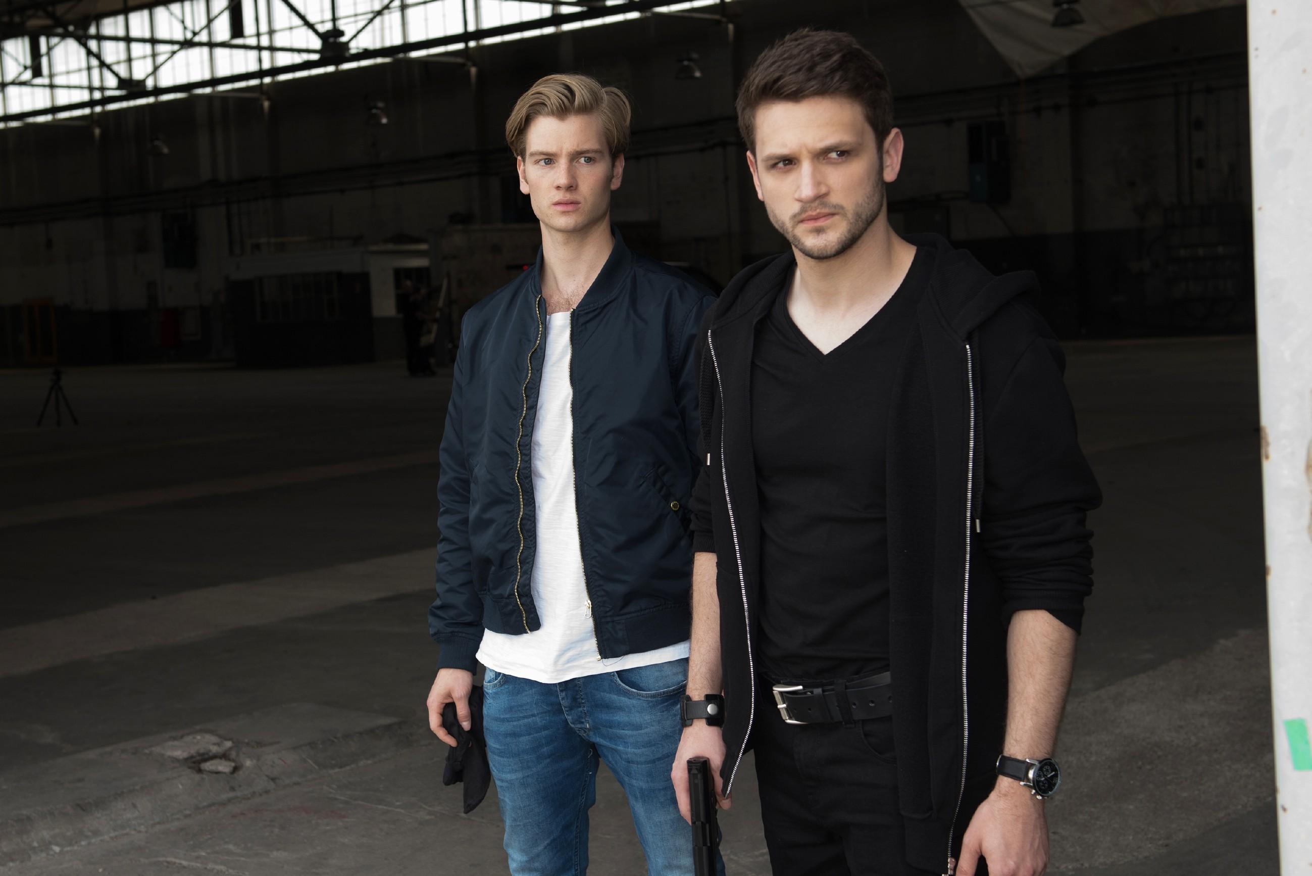 Valentin (Aaron Koszuta, l.) wird von Mario (Arne Rudolf) und seiner Gang dazu gezwungen, sich an dem Einbruch zu beteiligen.