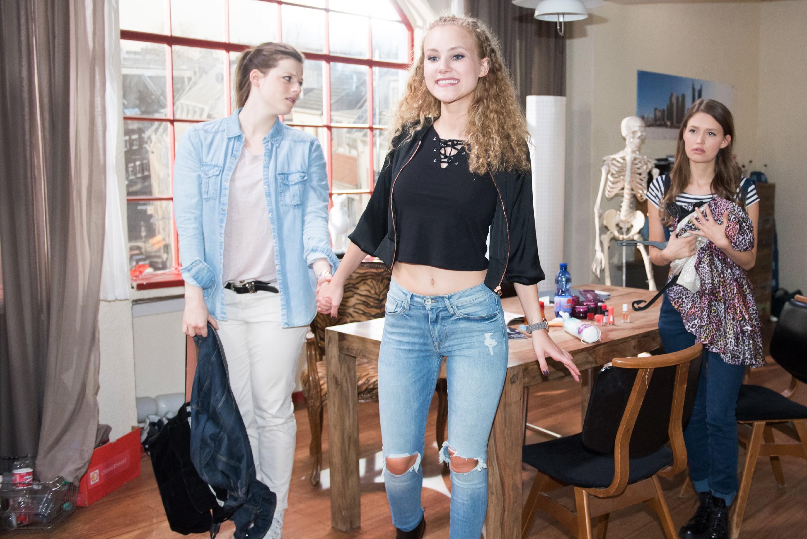 Elli (Nora Koppen, l.) lässt sich im Beisein von Jule (Amrei Haardt, r.) von KayC (Pauline Angert) zum Shopping für die Cluberöffnung überreden.