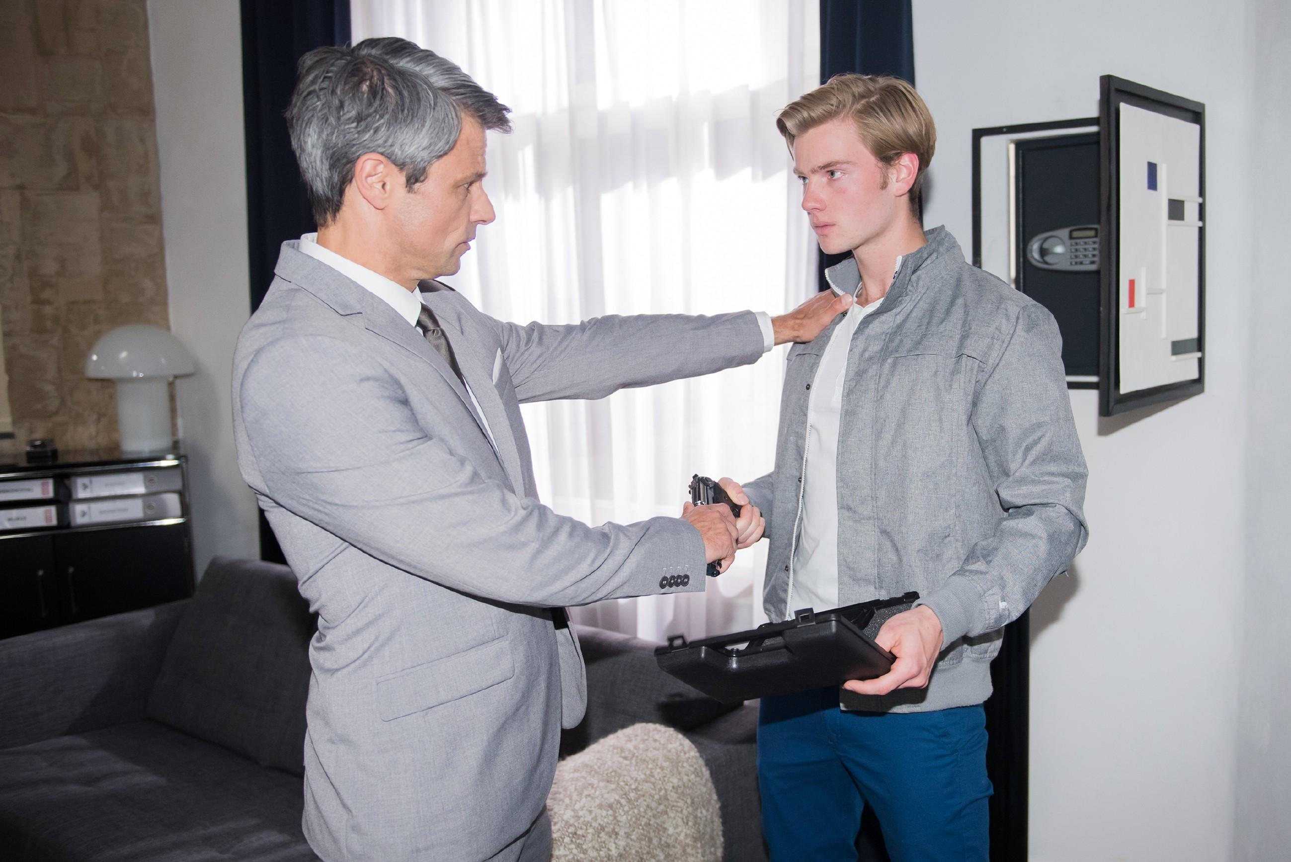 Als Valentin (Aaron Koszuta, r.) aus Angst vor Mario zu Benedikts (Jens Hajek) Waffe greift, wird er von seinem wütenden Vater erwischt.