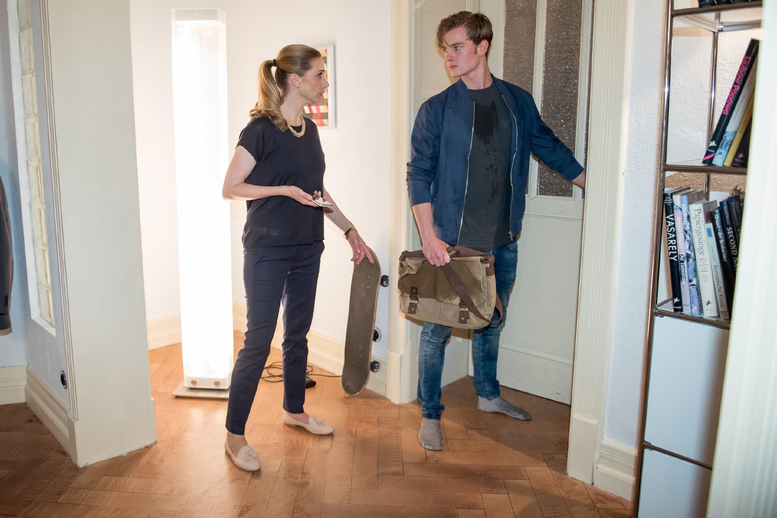 Valentin (Aaron Koszuta) weckt die Sorge seiner Mutter Andrea (Kristin Meyer), als er ohne Handy und Schuhe nach Hause kommt.