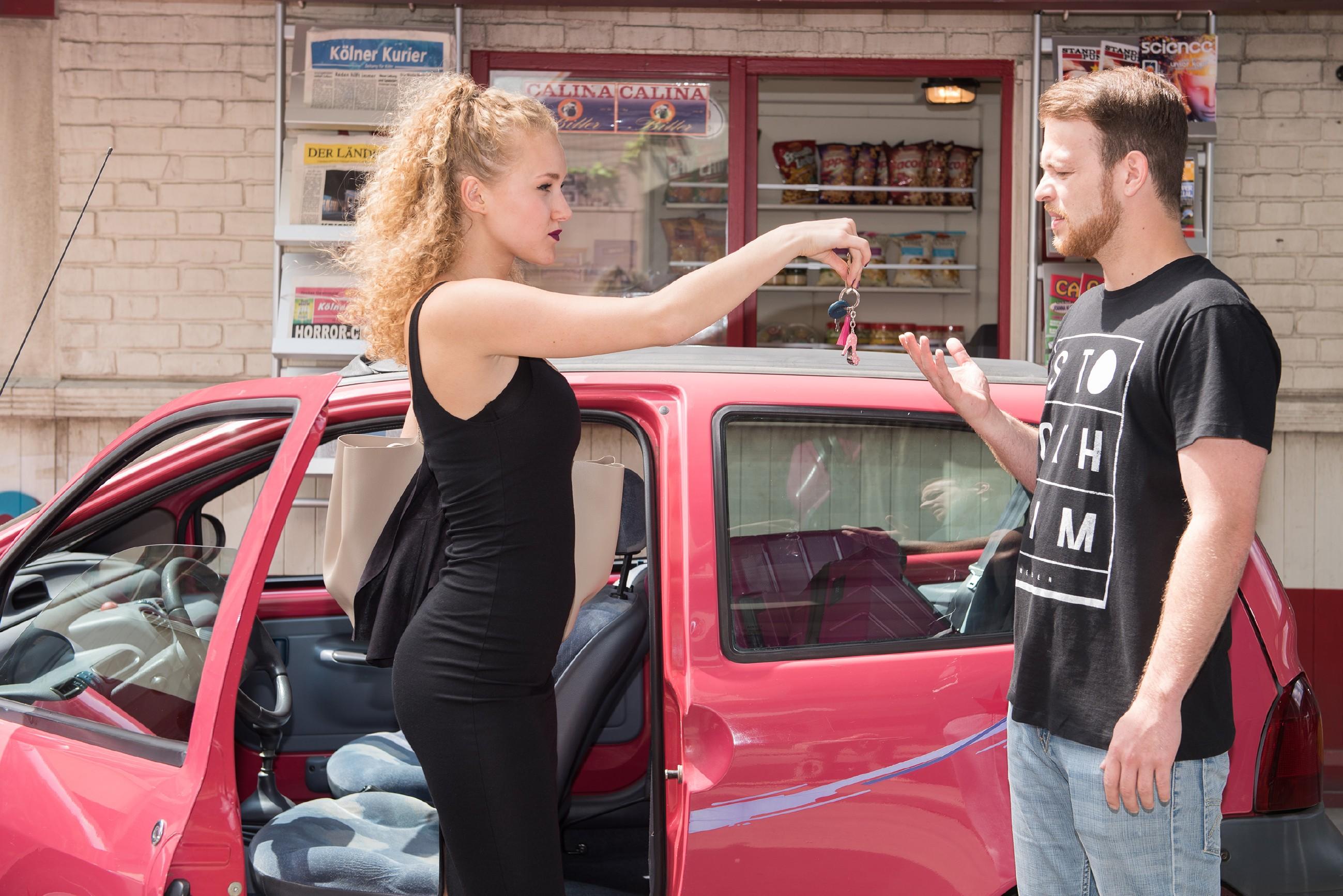 Tobias (Patrick Müller) gerät mit einer ziemlichen dreisten Autofahrerin (Pauline Angert) aneinander.