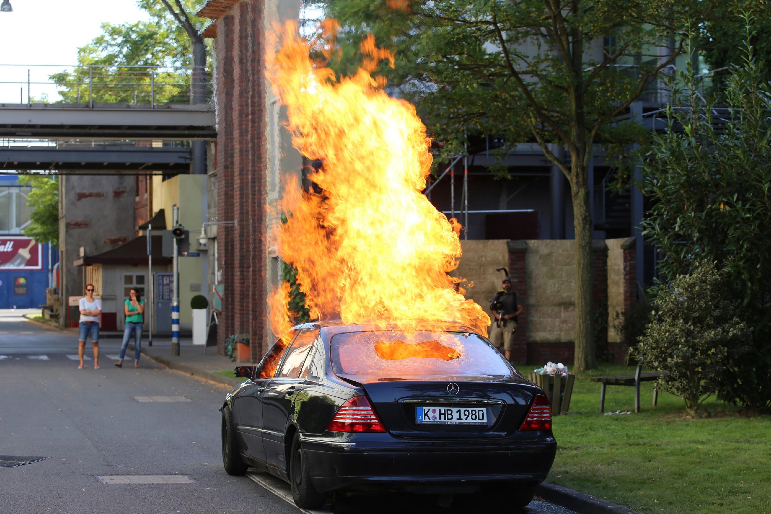 Gleich am ersten Drehtag wurde ein Auto spektakulär in Brand gesetzt!