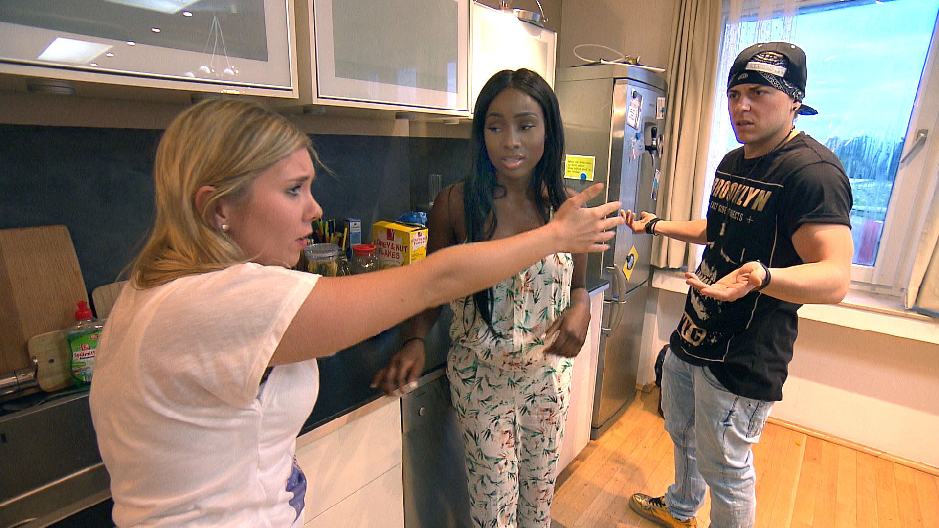 Chantal,li. kehrt verfrüht zur WG zurück, entdeckt dort Michelle,Mi. und vermutet, dass diese ein Auge auf Kevin,re. geworfen hat. (Quelle: RTL 2)