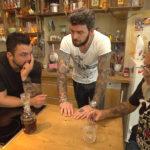 Manu,li. und Alex, Mi. wundern sich über Jack,re., der ganz aufgelöst ist, weil er zufällig ein Gespräch seiner Freundin (Yvonne) mitbekommen hat, die angeblich von ihm schwanger sein soll. (Quelle: RTL 2)