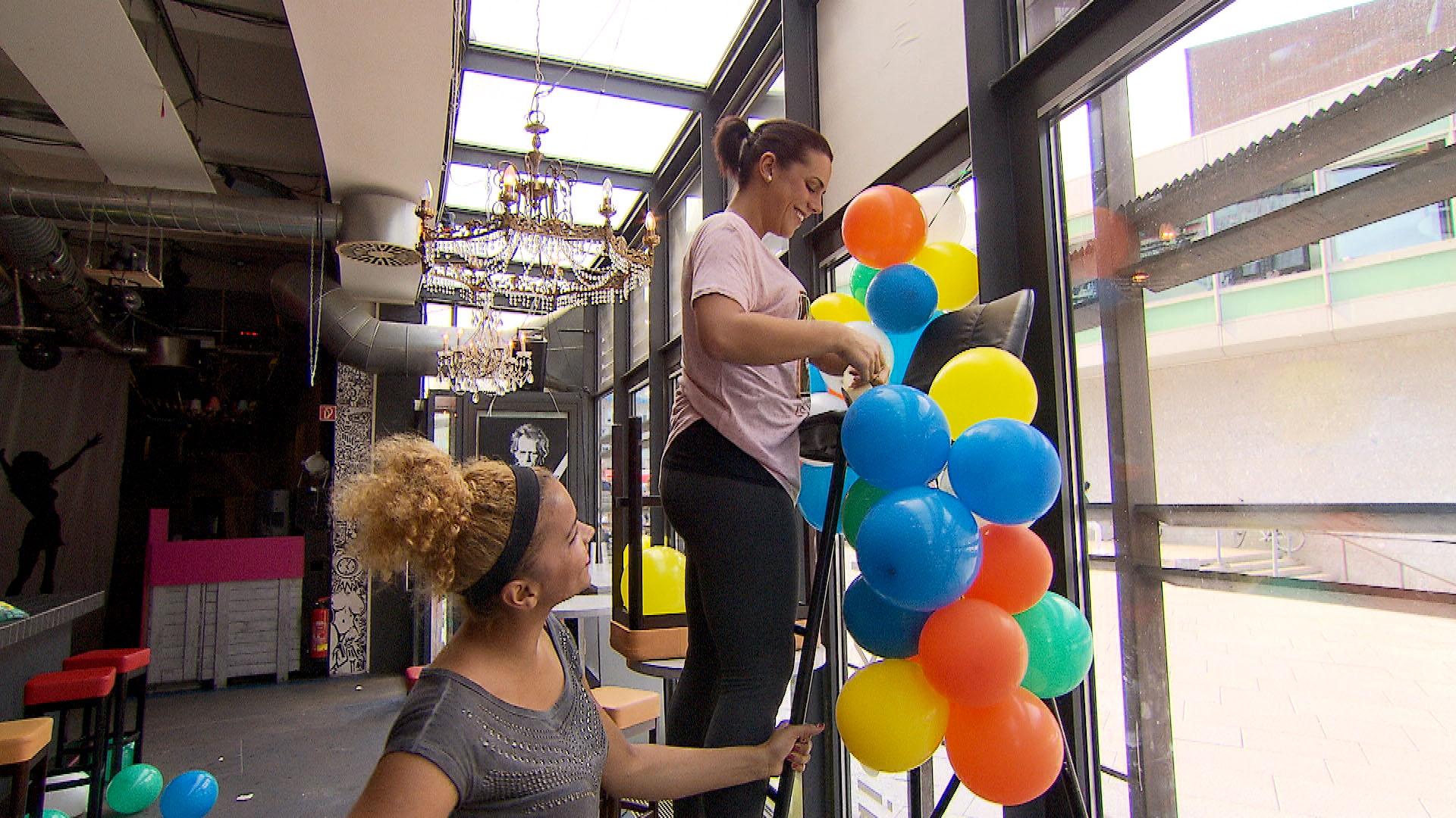 Sophia (oben) muss in der Kunstbar ausgerechnet im Dreiergespann mit Manu und Sam (unten) arbeiten. (Quelle: RTL 2)