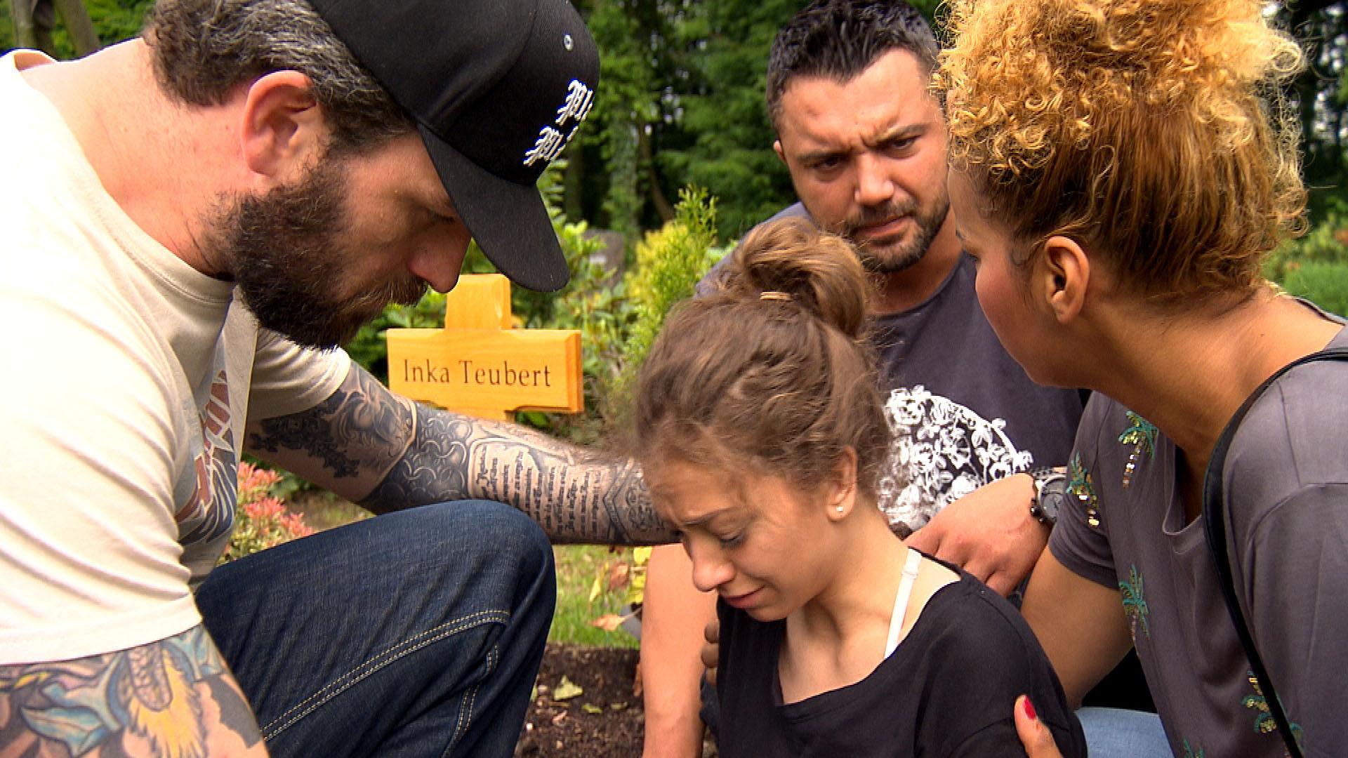 Alex (li.), Manu (mi.) und Sam (re.) finden Elli am Grab ihrer Mutter... (Quelle: RTL 2)