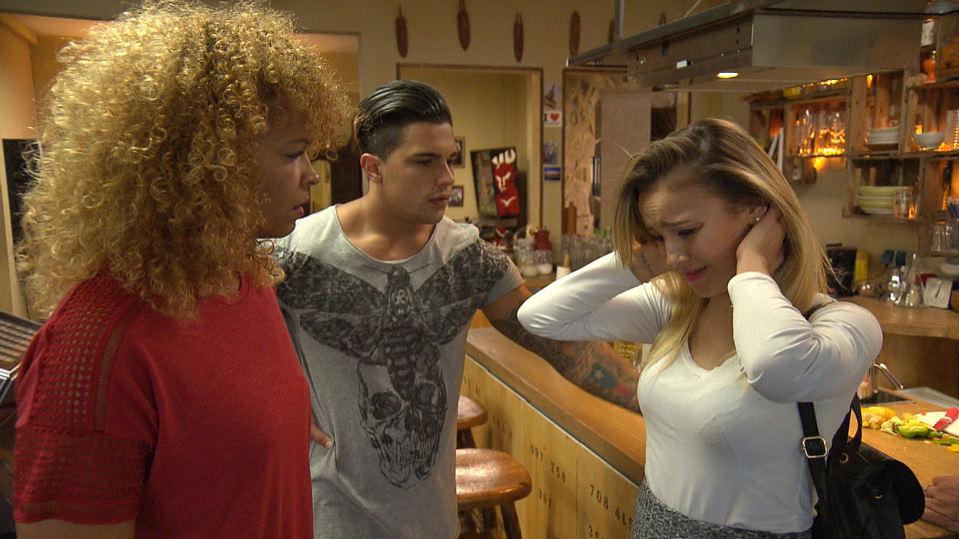 Chico (mi.) und Lina (re.) machen sich große Sorgen um Elli. Sie suchen bei Sam (li.) Hilfe... (Quelle: RTL 2)