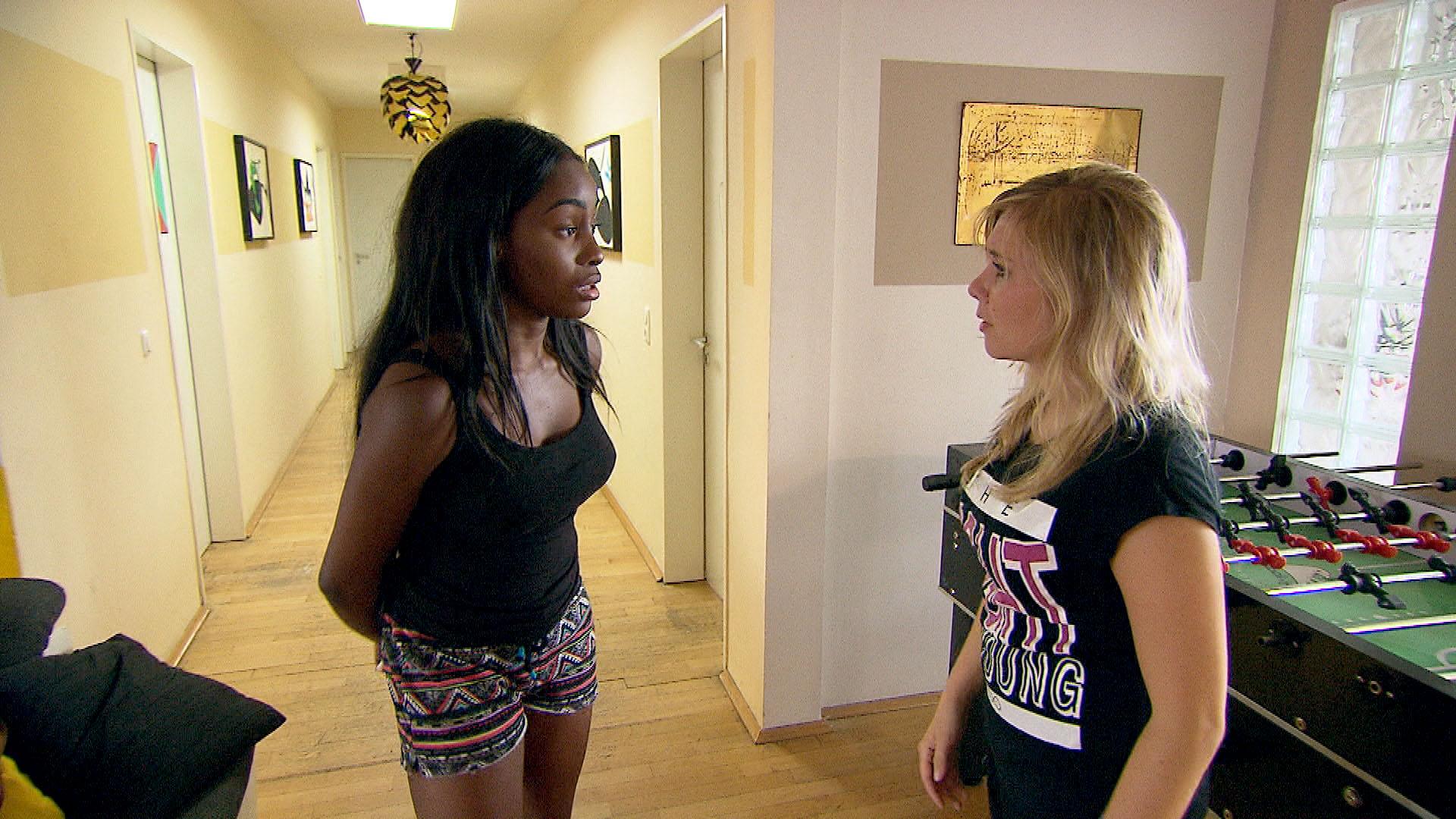 Michelle,li. schlägt Chantal,re. vor, gemeinsam ins Kosmetikstudio zu gehen, lässt sie dann aber sitzen. (Quelle: RTL 2)