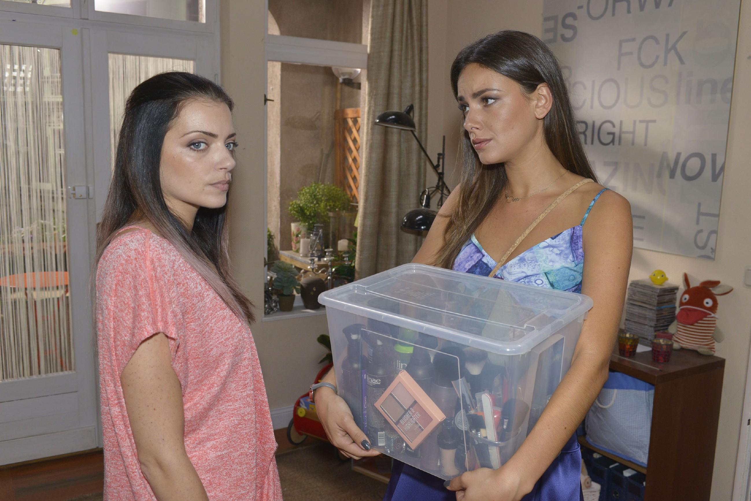 Als Jasmin (Janina Uhse, r.) merkt, was wirklich hinter Emilys (Anne Menden) schlechter Laune steckt, versucht sie ihre Freundin aufzubauen. (Quelle: RTL / Rolf Baumgartner)