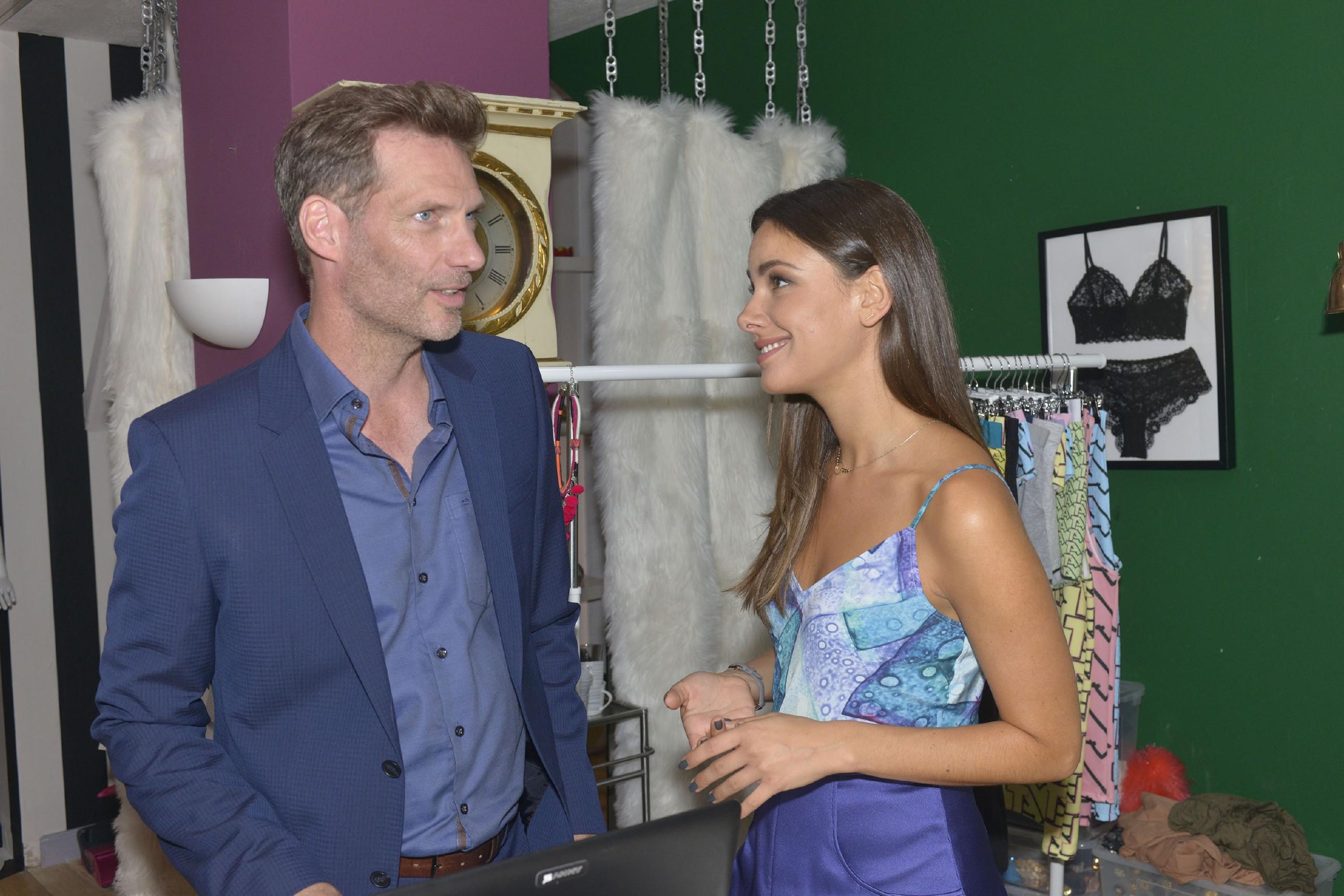 Jasmin (Janina Uhse) freut sich über die gute Zusammenarbeit mit Alexander (Clemens Löhr). (Quelle: RTL / Rolf Baumgartner)