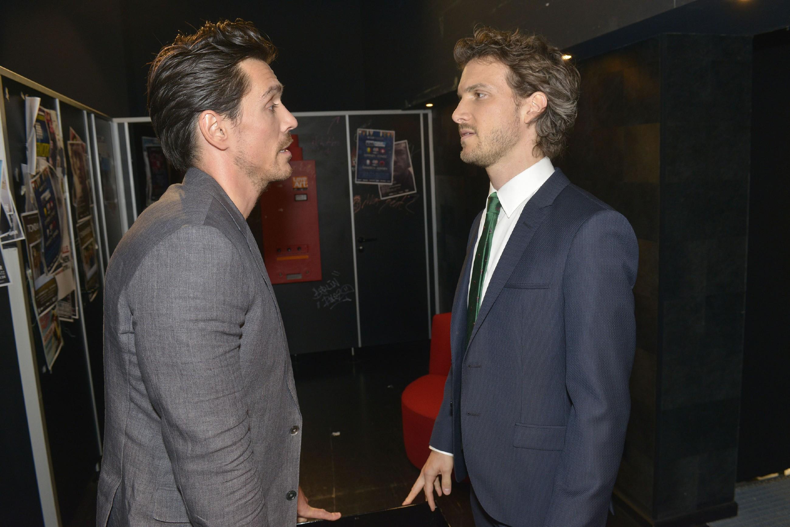 Felix (Thaddäus Meilinger, r.) bereut es, dass er sich auf David (Philipp CHristopher) eingelassen hat. (Quelle: RTL / Rolf Baumgartner)