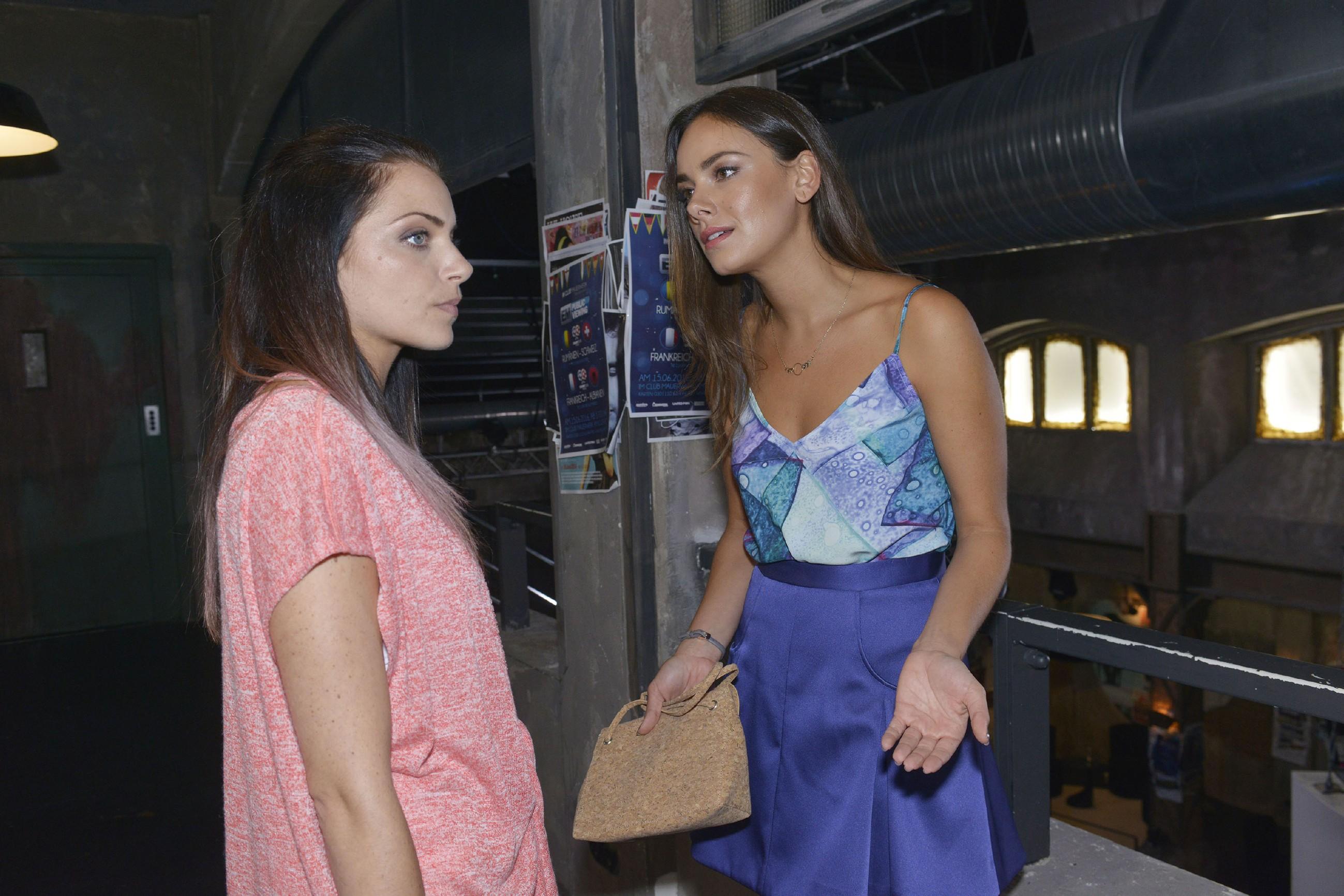 Während Jasmin (Janina Uhse, r.) sich über Emilys (Anne Menden) Zickerei aufregt, ist diese in Wahrheit einfach nur mit ihrem Leben unglücklich... (Quelle: RTL / Rolf Baumgartner)