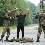 Damit Ben fliehen kann, hat Richard (Silvan-Pierre Leirich, M.) den russischen Grenzbeamten Andrej (Andrej Kaminsky, lieg.) niedergeschlagen und wird von Andrejs Kollegen (Komparsen) festgenommen. (Quelle:RTL / Kai Schulz)