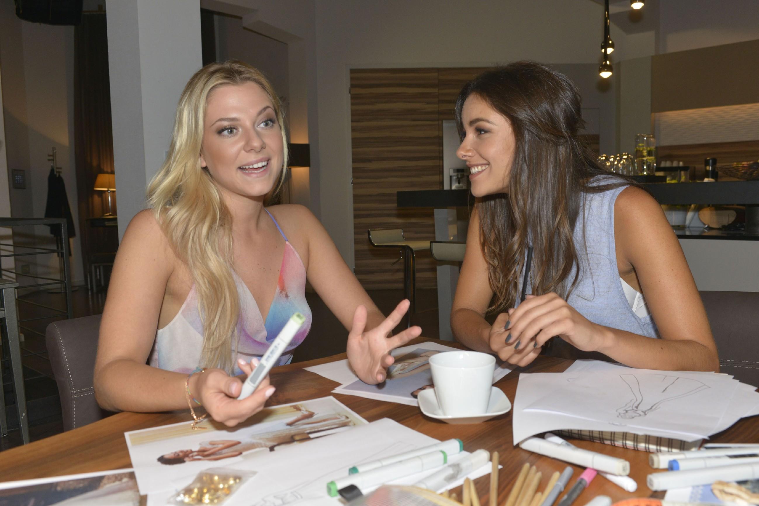 Jasmin (Janina Uhse, r.) freut sich, dass Sunnys (Valentina Pahde) Selbstbewusstsein offenbar wieder gestiegen ist. (Quelle: RTL / Rolf Baumgartner)