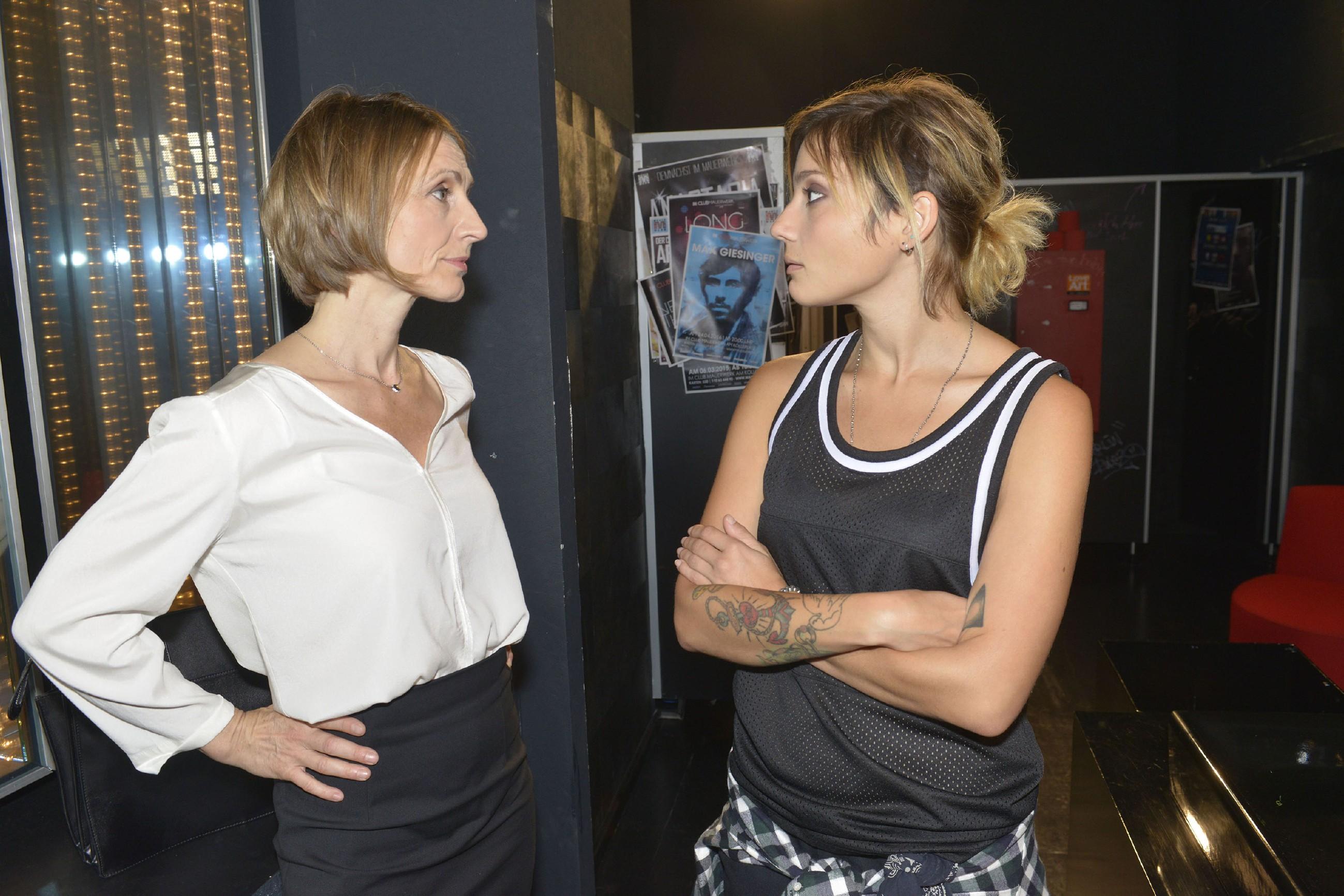 Anni (Linda Marlen Runge, r.) signalisiert Rosa (Joana Schümer) weiterhin stolz, dass die ihre Chance hatte und sie nicht auf Sex mit ihr angewiesen ist - doch irgendwie ist Anni, seit Rosa sie versetzt hat, aus dem Tritt geraten... (Quelle: RTL / Rolf Baumgartner)