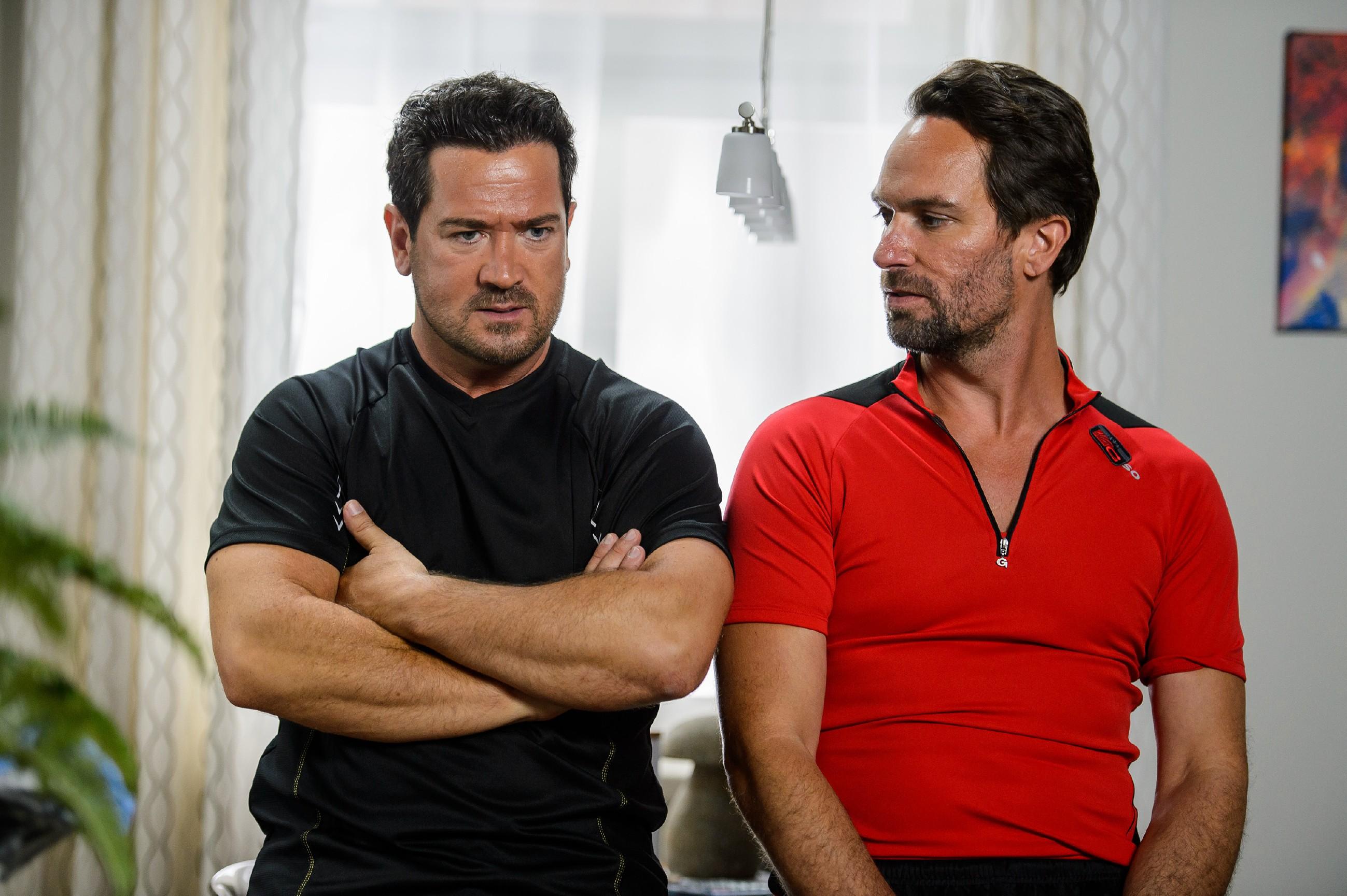 Marian (Sam Eisenstein, l.) vertraut Thomas (Daniel Brockhaus) seine Befürchtung an, dass er es sich endgültig mit Lena verscherzt hat. (Quelle: RTL / Willi Weber)