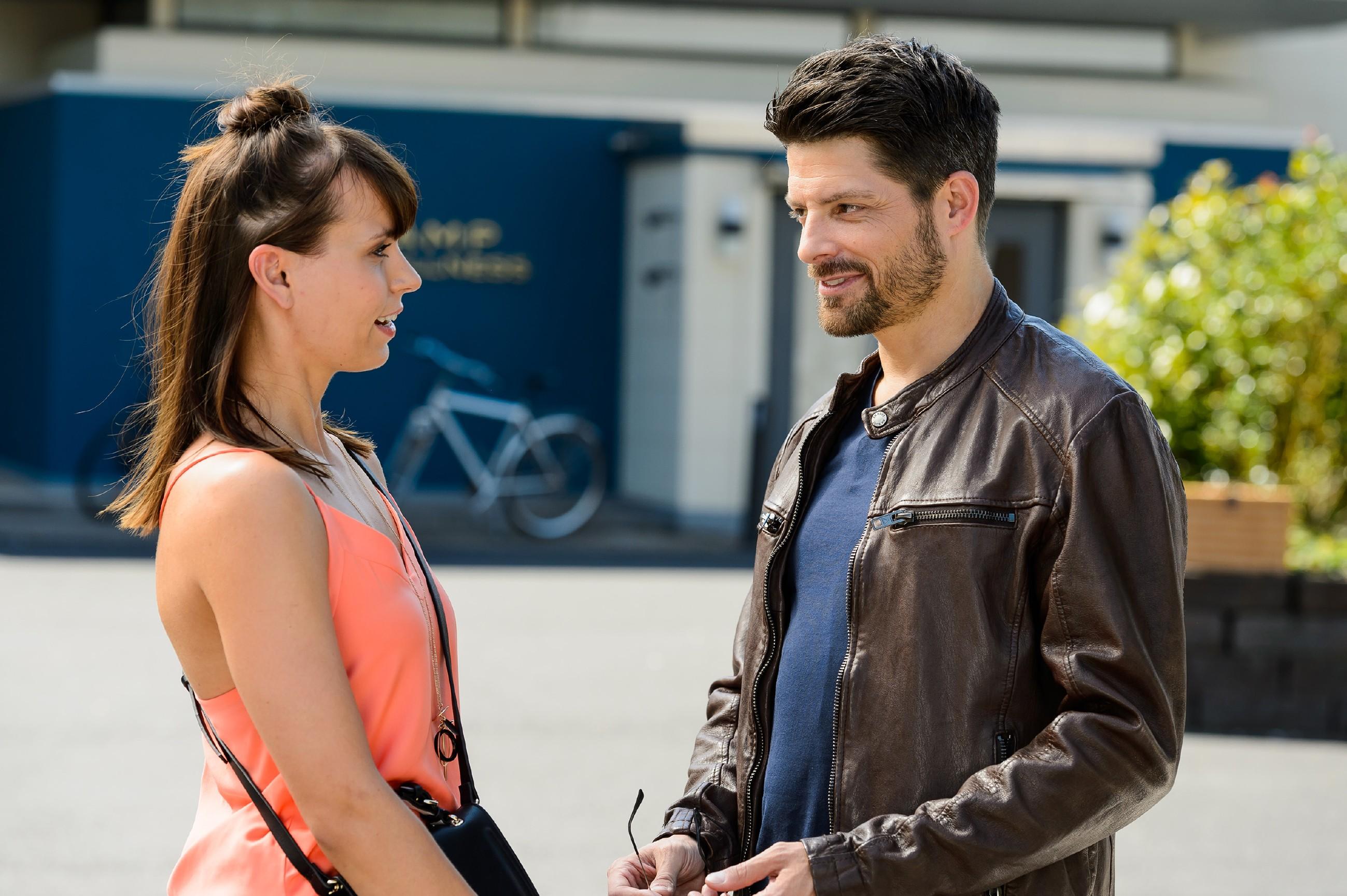 Michelle (Franziska Benz) lässt sich zögerlich darauf ein, ihren Vater Vincent (Daniel Buder) näher kennenzulernen. (Quelle: RTL / Willi Weber)