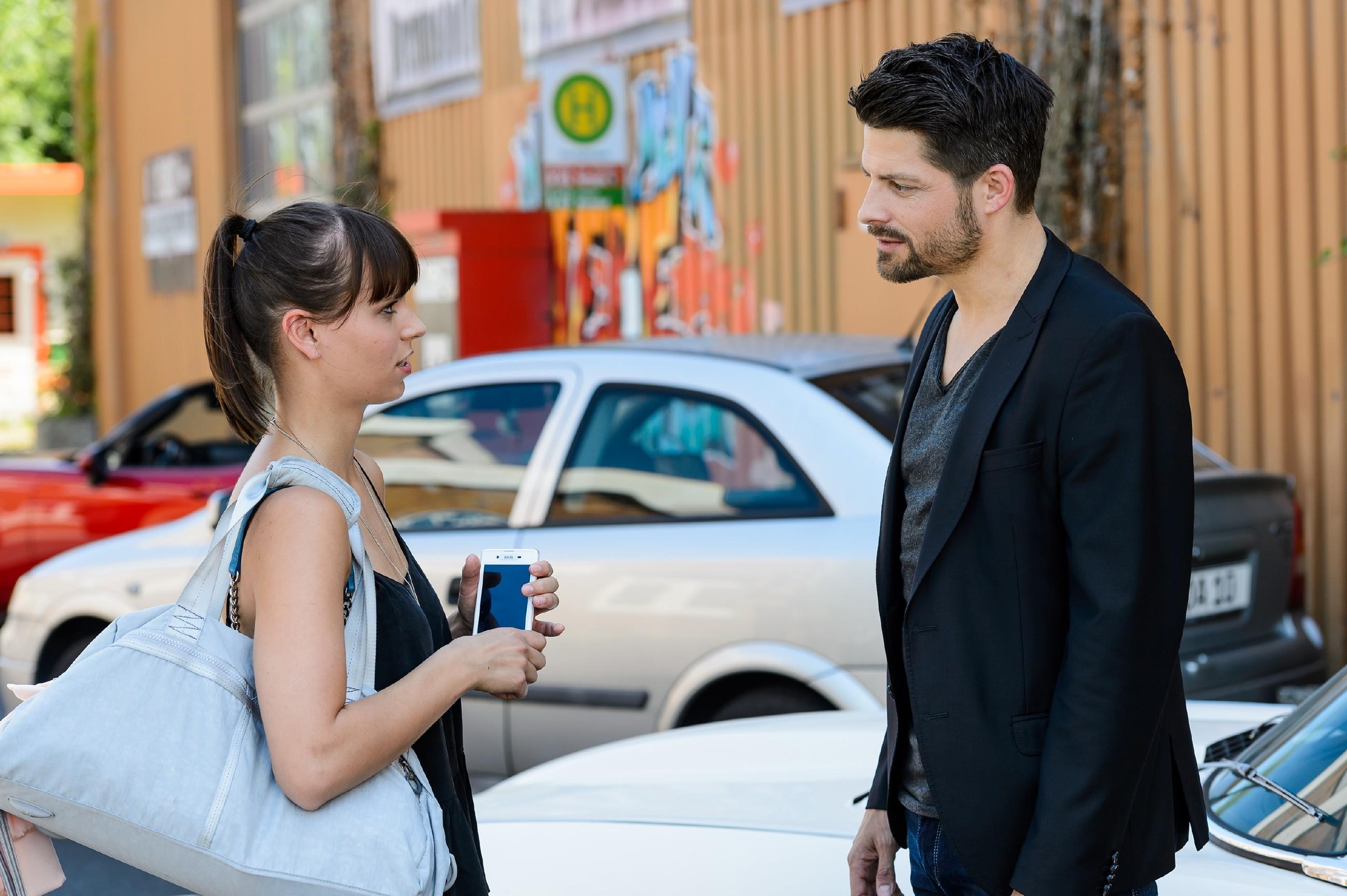 Michelle (Franziska Benz) fragt sich, ob Carmen mit ihrer Warnung vor Vincent (Daniel Buder) Recht haben könnte. (Quelle: RTL / Willi Weber)