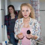 KayC (Pauline Angert, r.) droht bei der Umsetzung ihres bösen Plans gegen Britta von Elli (Nora Koppen) erwischt zu werden...(Quelle: RTL / Stefan Behrens)