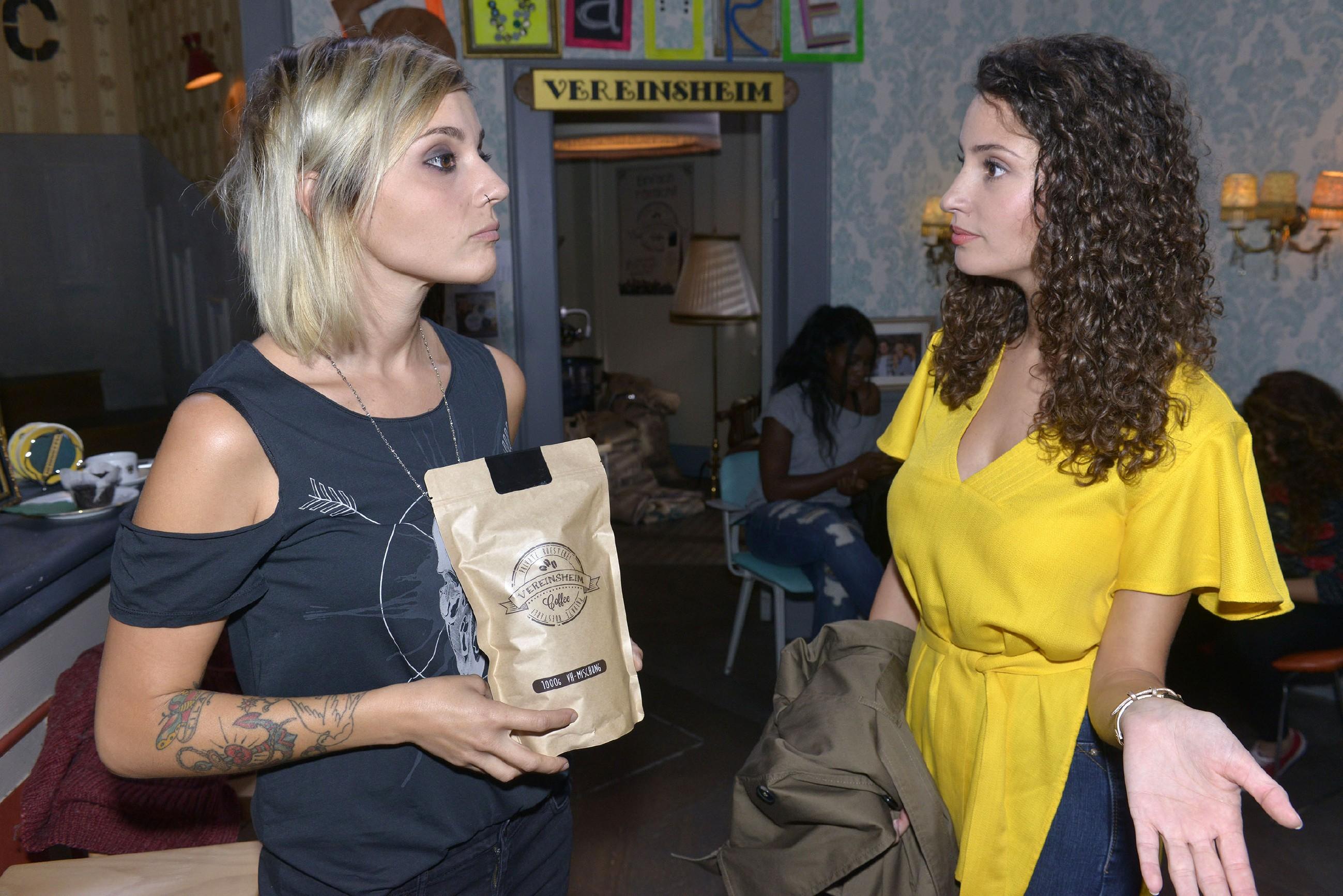 Ayla (Nadine Menz, r.) kann nicht nachvollziehen, warum Anni (Linda Marlen Runge) ihr gegenüber weiterhin so abweisend ist. (Quelle: RTL / Rolf Baumgartner)