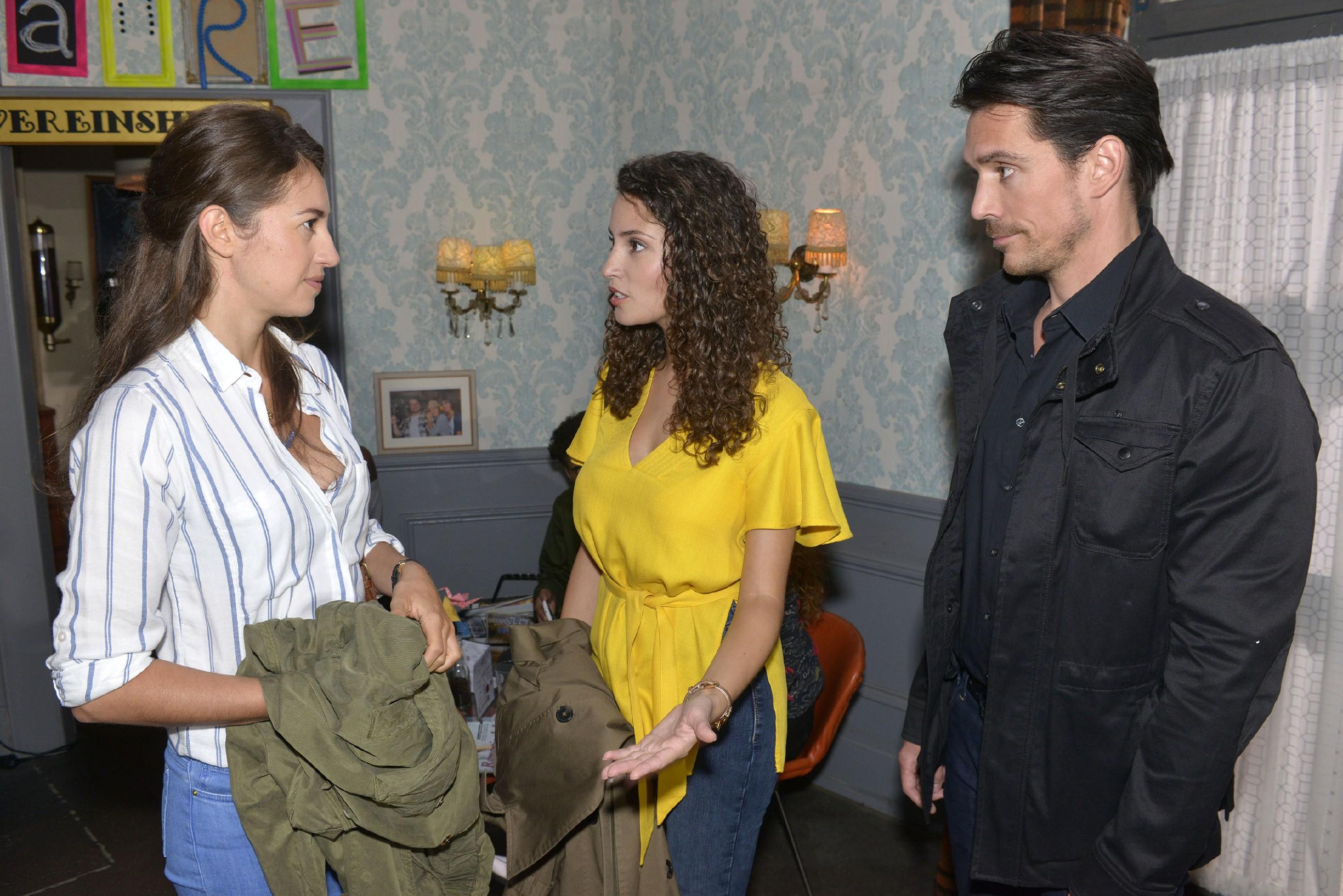Elena (Elena Garcia Gerlach, l.) versucht einen Schritt auf Ayla (Nadine Menz) und David (Philipp Christopher) zuzumachen. (Quelle: RTL / Rolf Baumgartner)