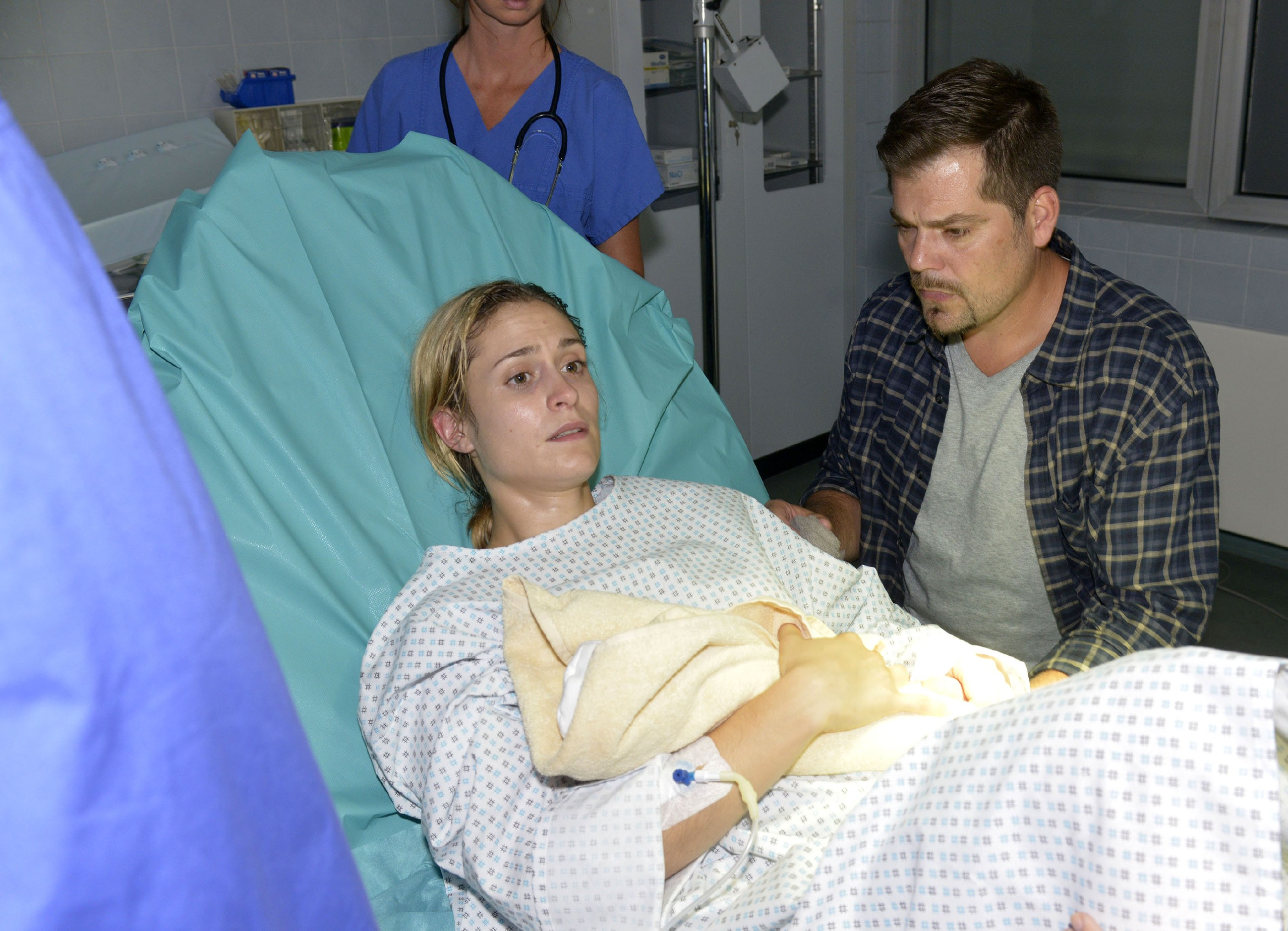 Sophie (Lea Marlen Woitack) und Leon (Daniel Fehlow) müssen Abschied von ihrem totgeborenen Baby nehmen. (Quelle: RTL / Rolf Baumgartner)