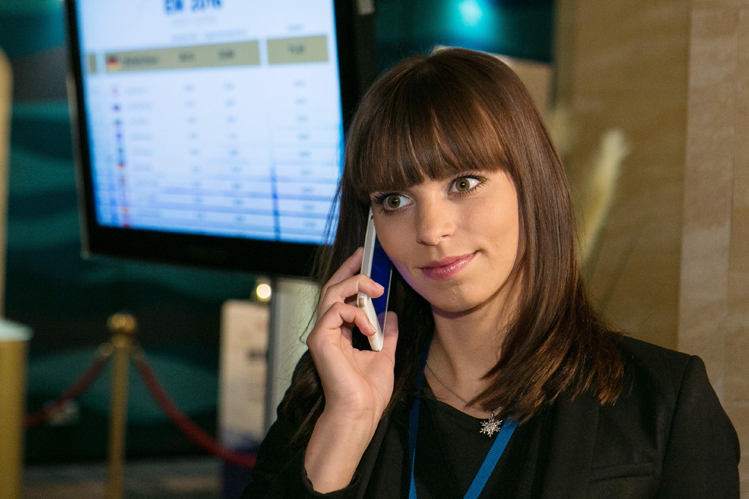 Michelle (Franziska Benz) bekommt mit, das Jenny und Deniz offensichtlich getrennt sind. (Quelle: RTL / Kai Schulz)