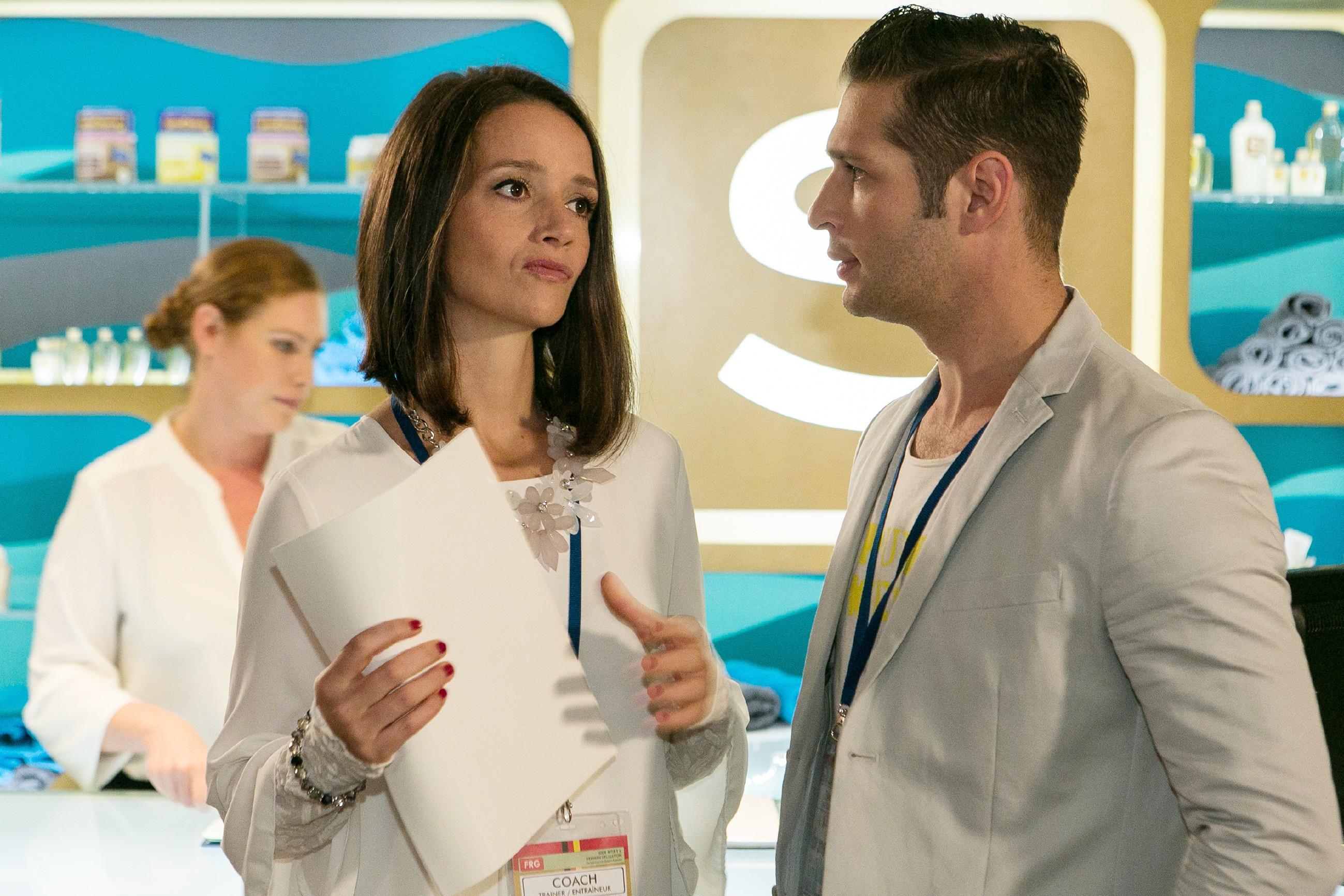 Jenny (Kaja Schmidt-Tychsen) und Deniz (Igor Dolgatschew) können nach ihrer Trennung offenbar nicht souverän miteinander umgehen. (Quelle: RTL / Kai Schulz)