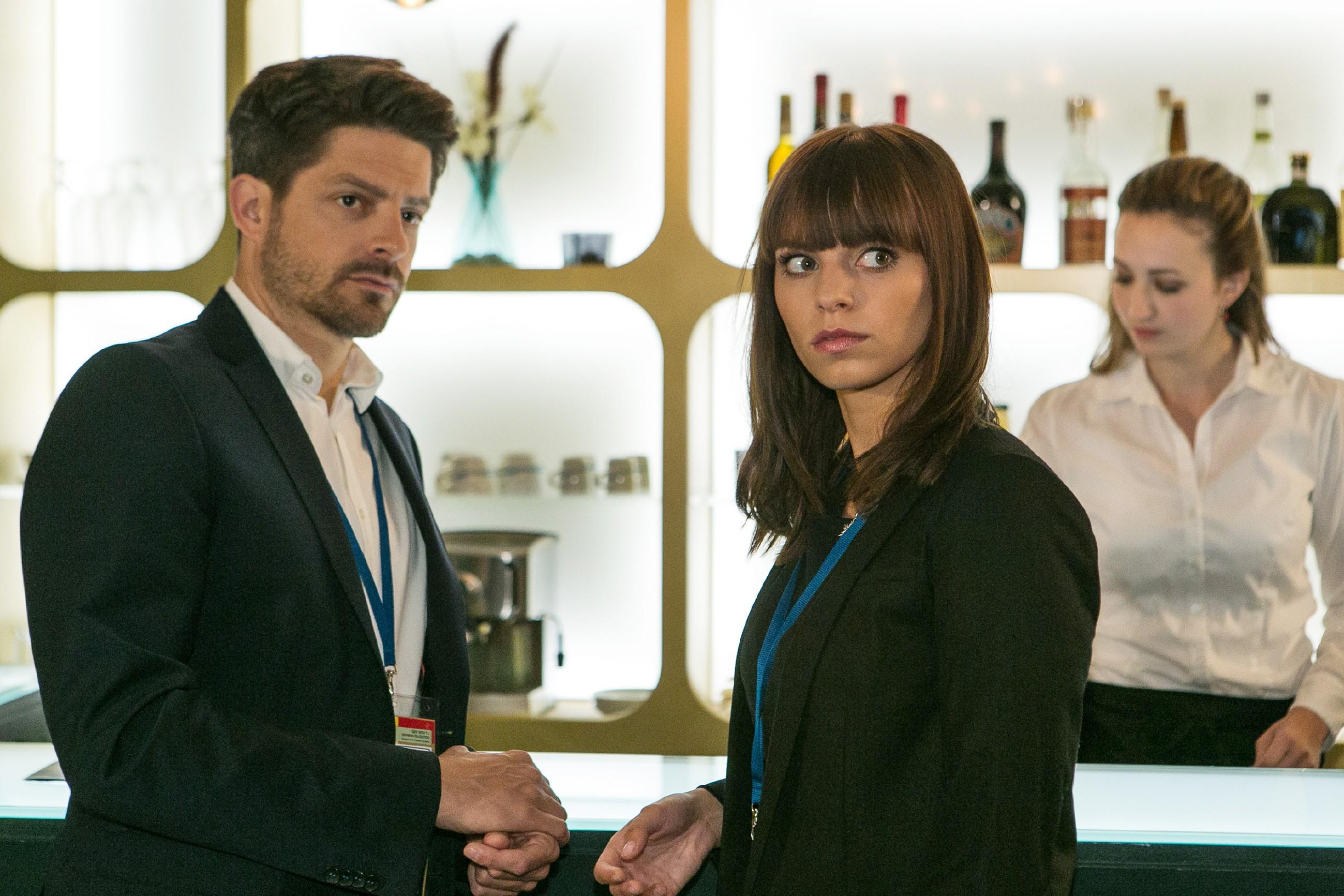 Michelle (Franziska Benz) ahnt, dass ihr Vater Vincent (Daniel Buder) etwas vor ihr verheimlicht. (Quelle: RTL / Kai Schulz)