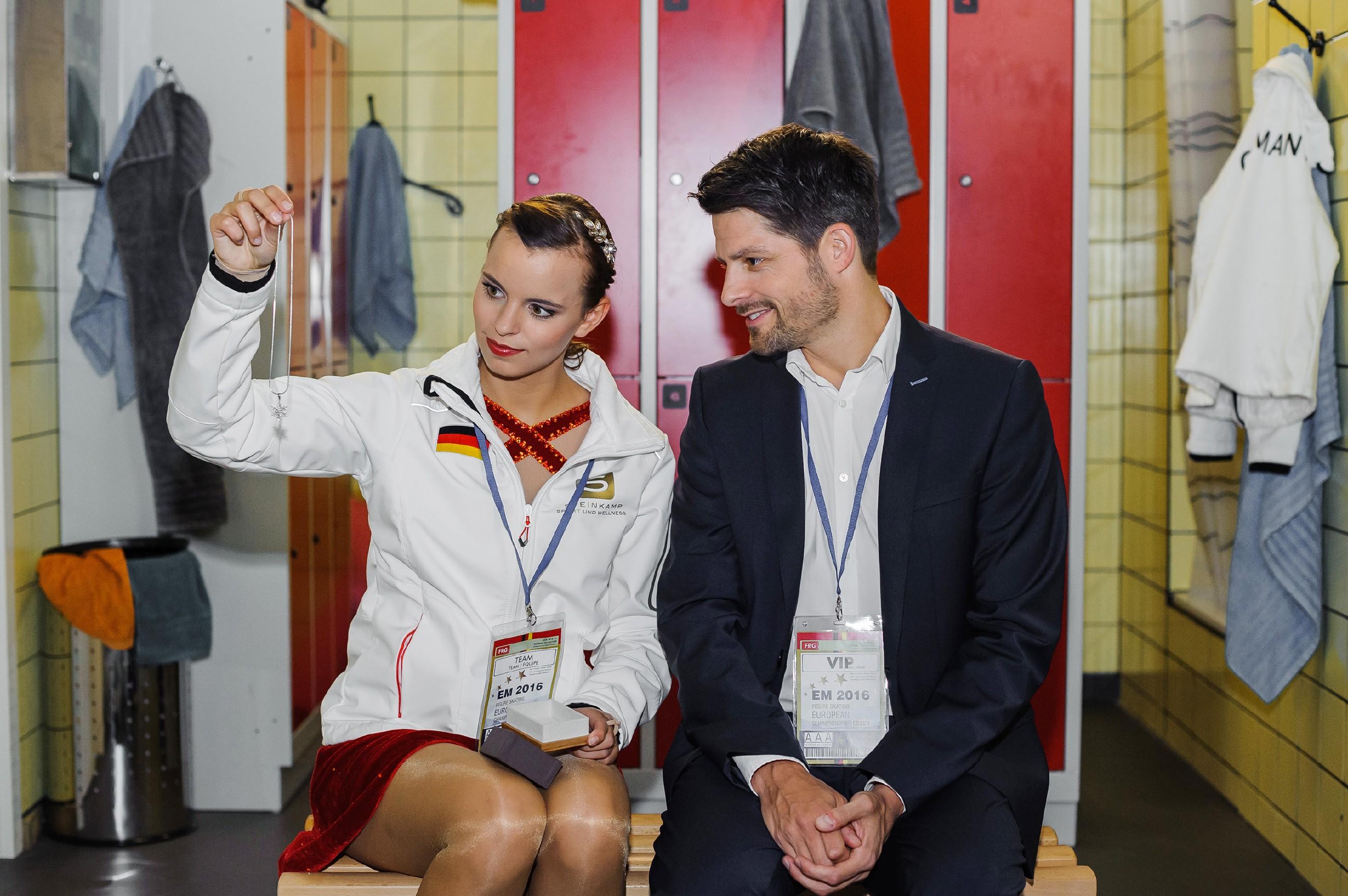 Vincent (Daniel Buder) überrascht Michelle (Franziska Benz) mit einem Geschenk und macht ihr Mut für die EM. (Quelle: RTL / Julia Feldhagen)