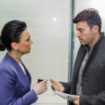 Simone (Tatjana Clasing) erfährt von Ben (Jšörg Rohde), dass ihr ungeborener Enkel es offenbar eiliger hat als gedacht. (Quelle: RTL / Julia Feldhagen)