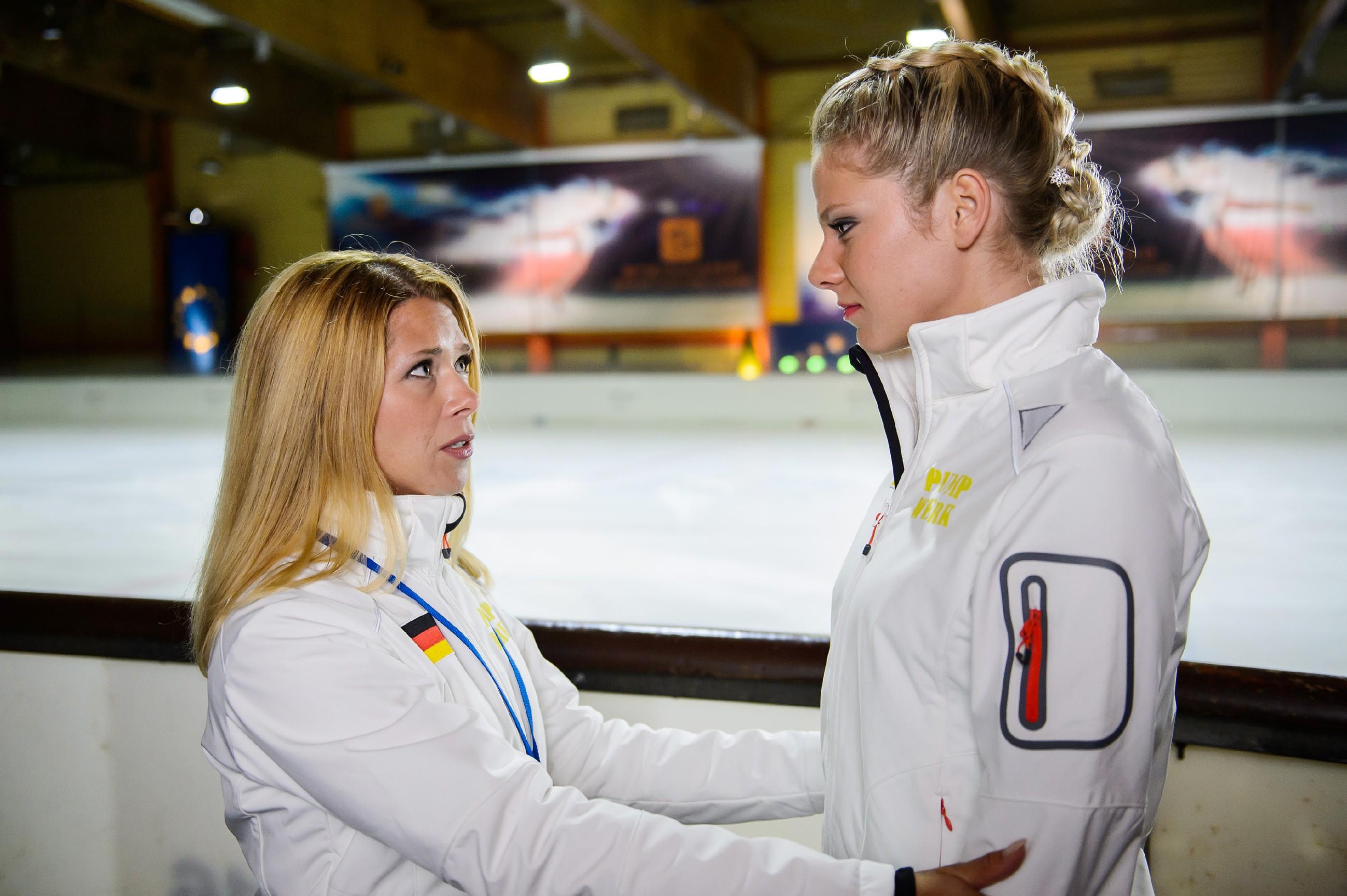 Diana (Tanja Szewczenko, l.) befürchtet, dass Maries (Cheyenne Pahde) schlechte Stimmung Auswirkungen auf ihren Lauf haben könnte. (Quelle: RTL / Willi Weber)