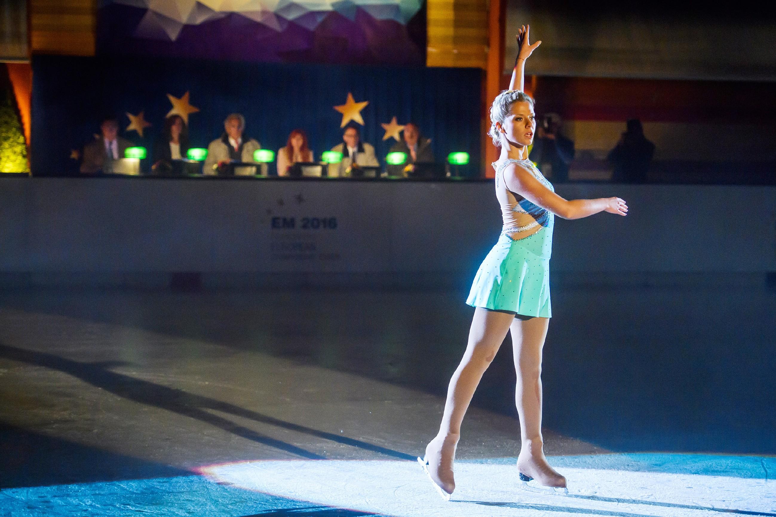 Marie (Cheyenne Pahde) startet zunächst vielversprechend zu ihrem Kurzprogramm auf dem Eis - doch die Sorge um ihre Beziehung hat verheerende Folgen... (Quelle: RTL / Willi Weber)