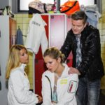 Diana (Tanja Szewczenko, l.) und Ingo (André Dietz) wissen wie Marie (Cheyenne Pahde), dass ein Titel nach dem verpatzten Kurzprogramm eine große Herausforderung wird. (Quelle: RTL / Julia Feldhagen)