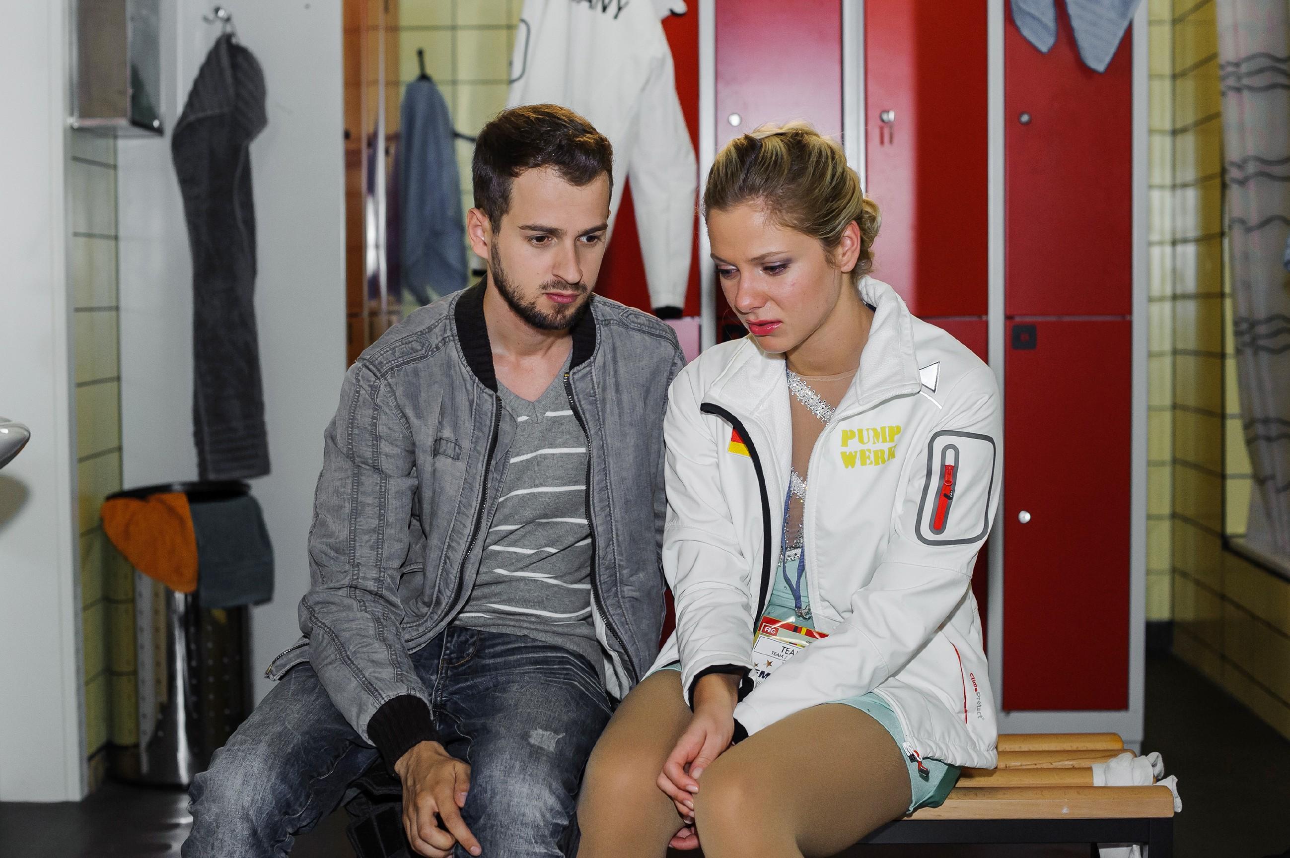 Die Nachricht, dass Tobis (Michael Jassin) Ex von ihm schwanger ist, wirft Marie (Cheyenne Pahde) kurz vor ihrem Kurzprogramm mächtig aus der Bahn. (Quelle: RTL / Julia Feldhagen)