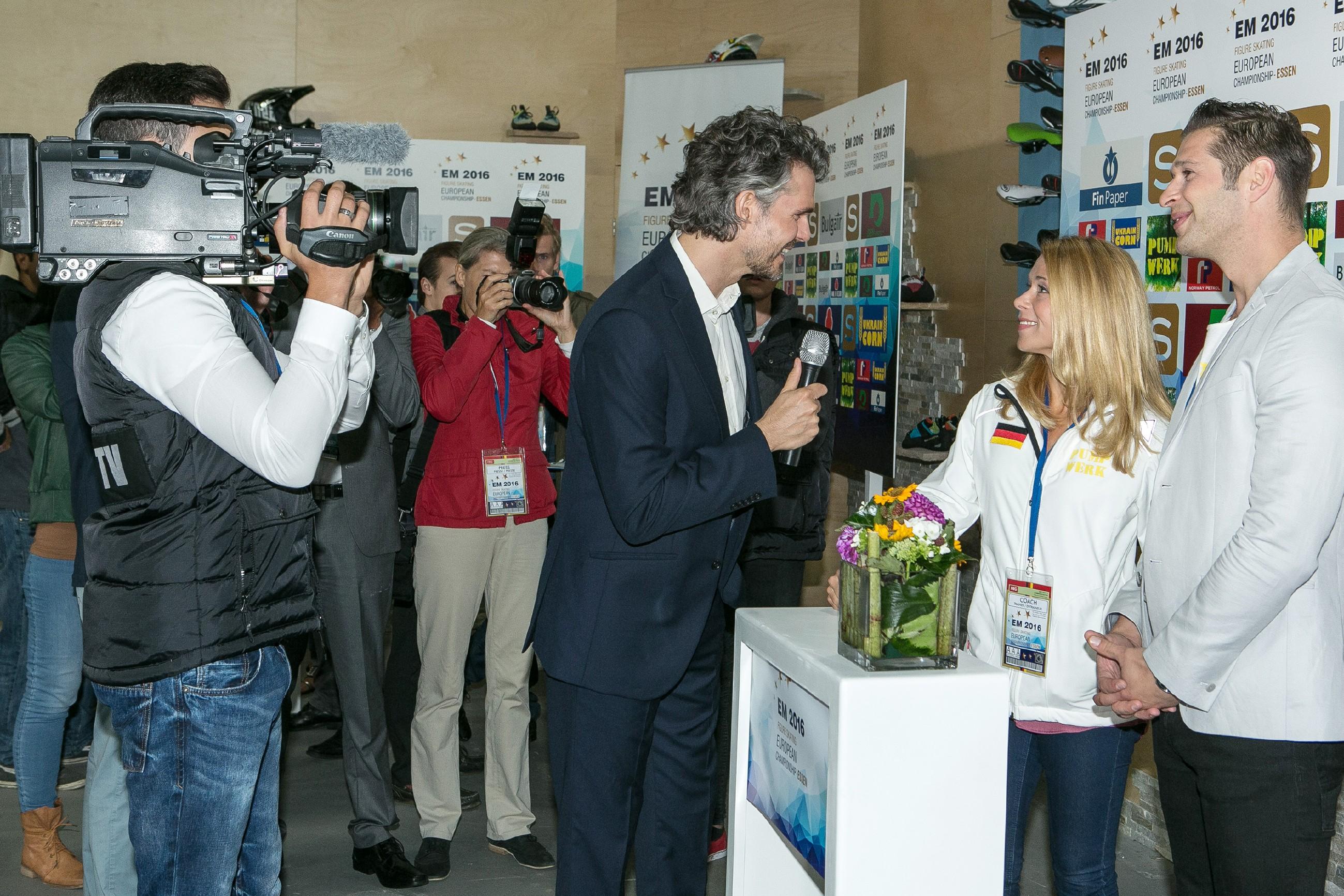 Diana (Tanja Szewczenko, 2.v.r.) und Deniz (Igor Dolgatschew, r.) werden von Moderator Matthias Mohr (Matthias Baier, M.) interviewt, doch Diana weicht den Fragen nach ihrem Privatleben aus. (Quelle: RTL / Kai Schulz)