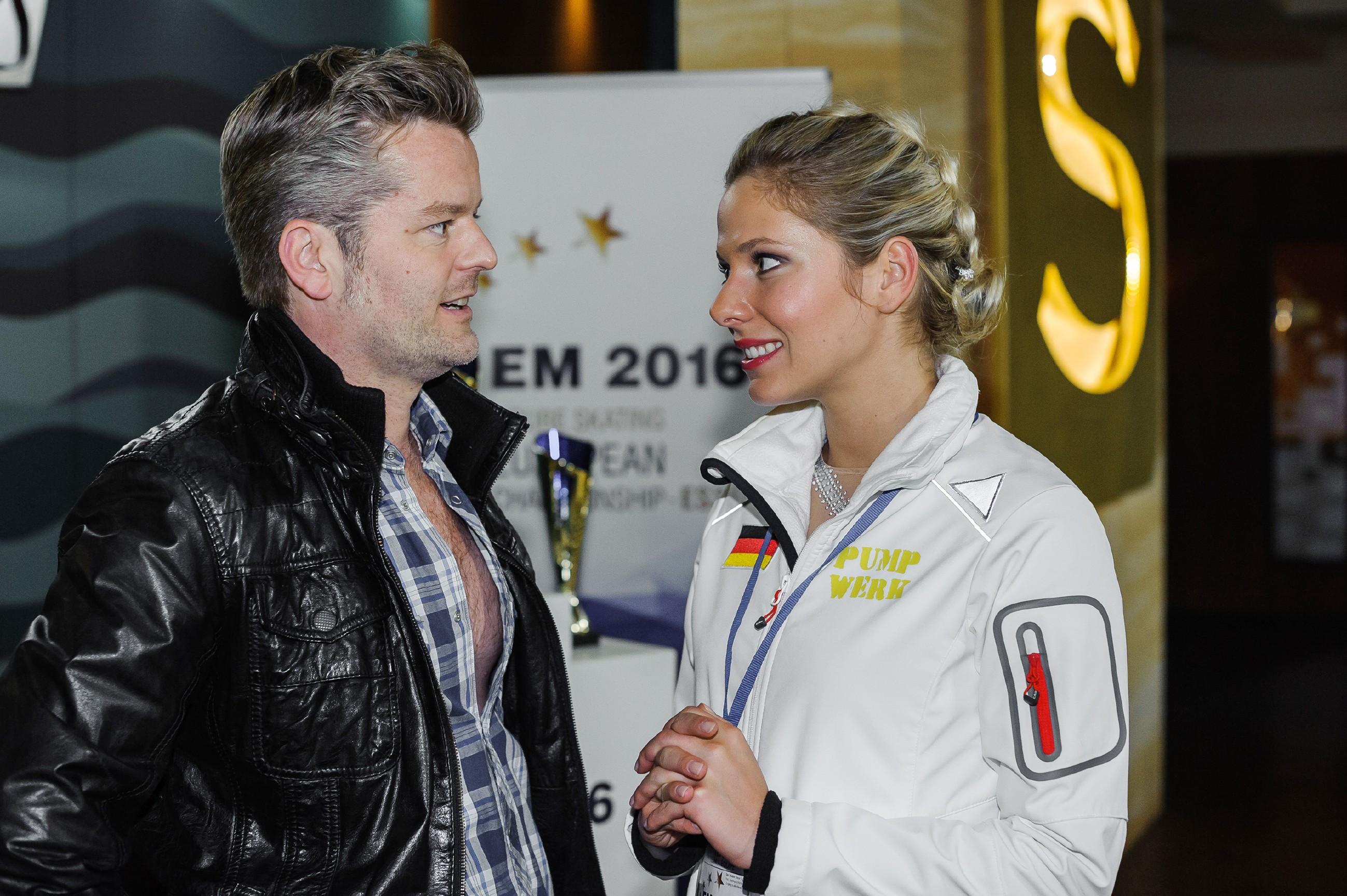 Marie (Cheyenne Pahde) zeigt sich Ingo (André Dietz) gegenüber zuversichtlich, für die EM gut vorbereitet zu sein. (Quelle: RTL / Julia Feldhagen)